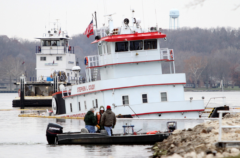 Towboat carrying 89,000 gallons of fuel sinks on Mississippi River