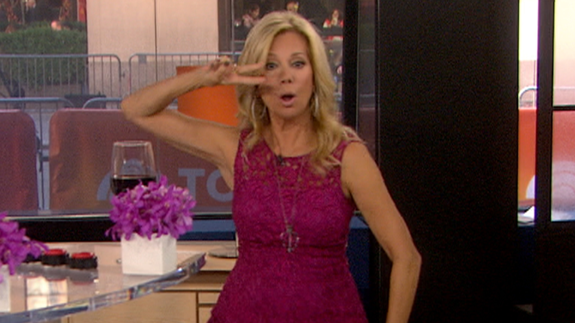 gifford chat Official website of host, actress, singer, songwriter, playwright, and author kathie lee gifford current co-host of the today show along with hoda kotb, previous co-host of regis and kathie lee.