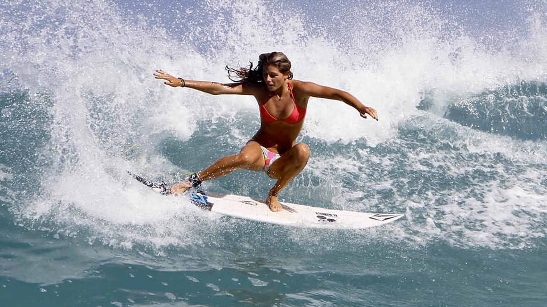 Красотка с доской для серфинга без смс