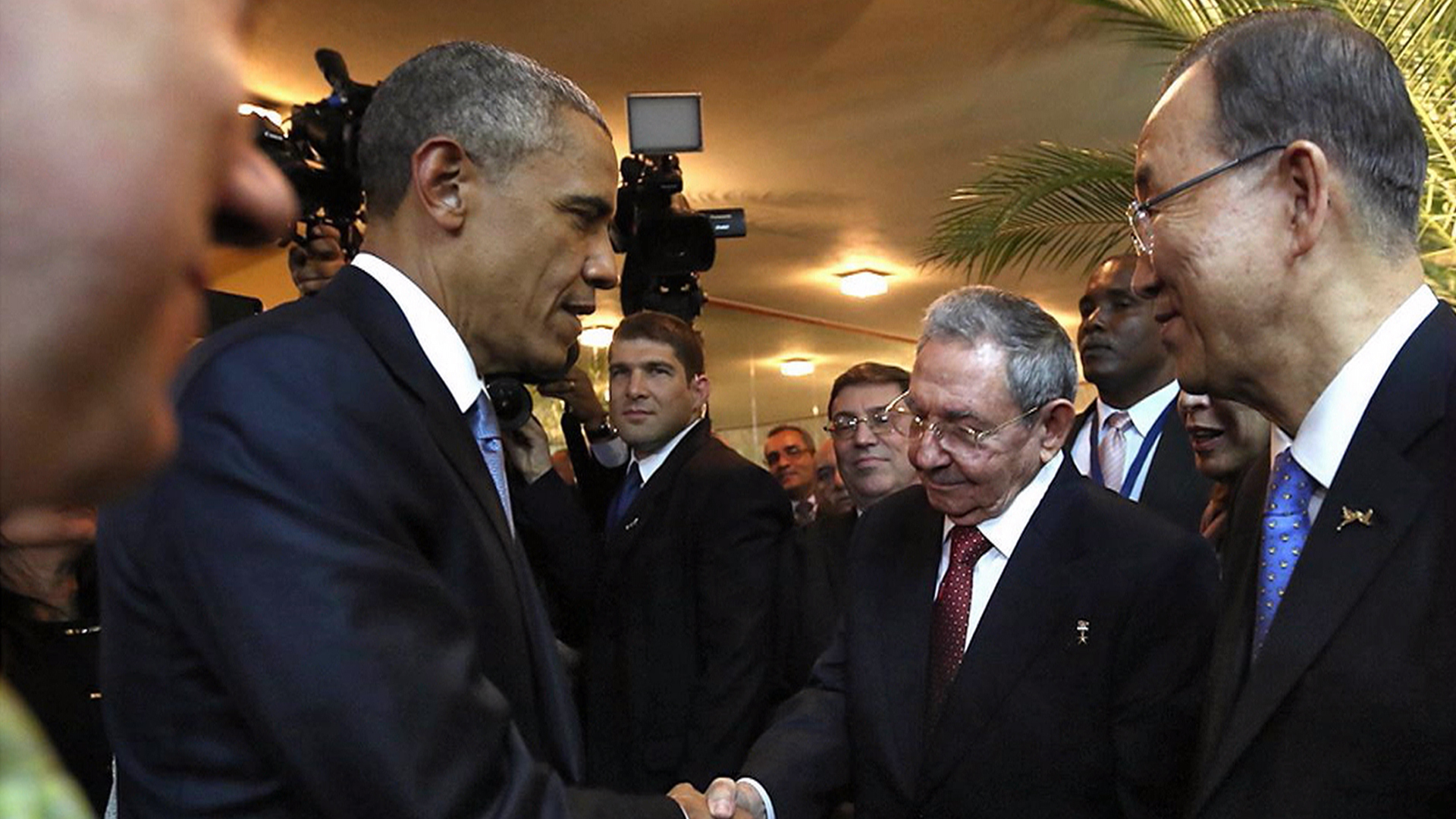 Barack obama cubas raul castro shake hands at summit m4hsunfo