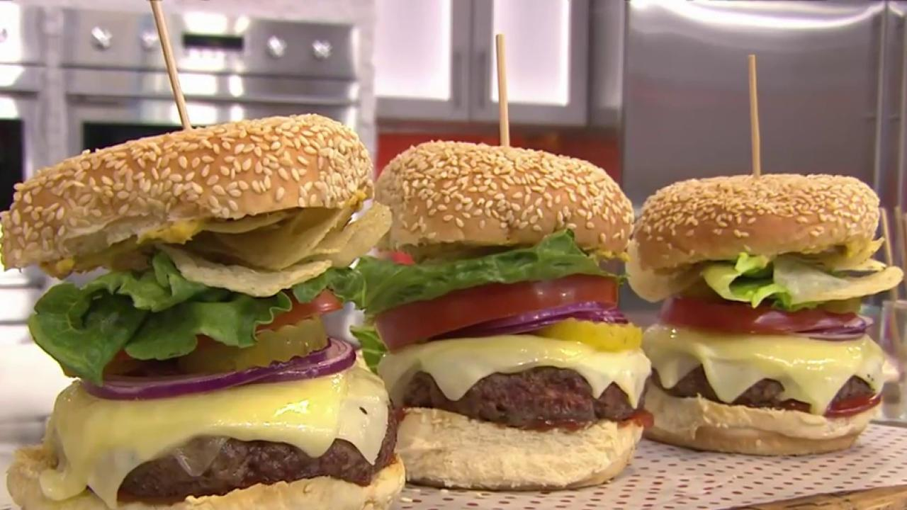 Bobby flay shows how to make the best burger for Ottos burger hamburg