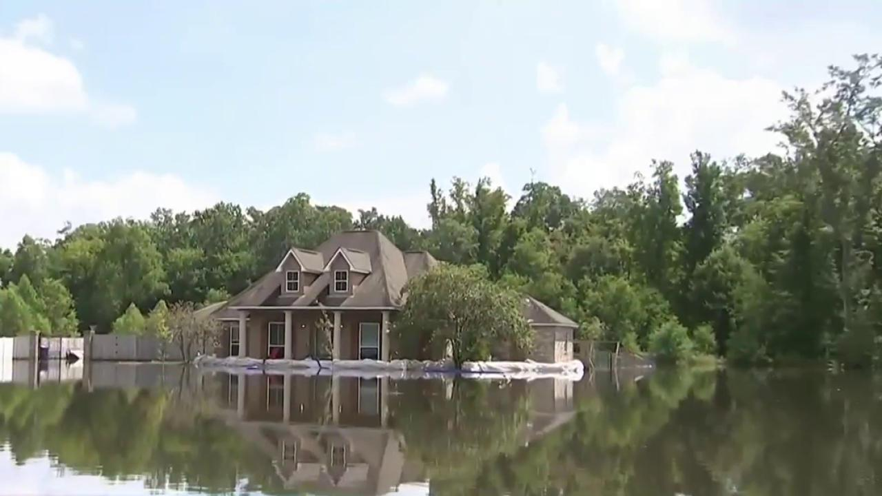 Trump Visits Flooded Louisiana, President Obama to Go Next Week