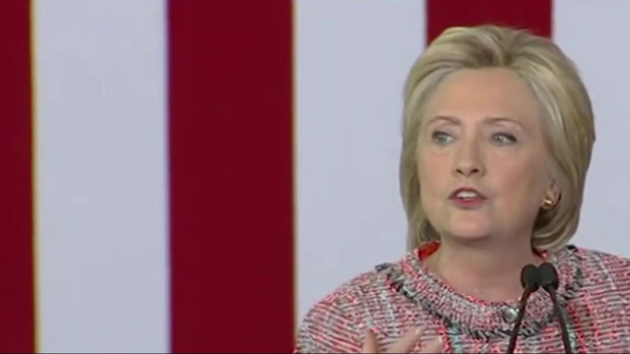 Clinton holds natl. lead heading into debates