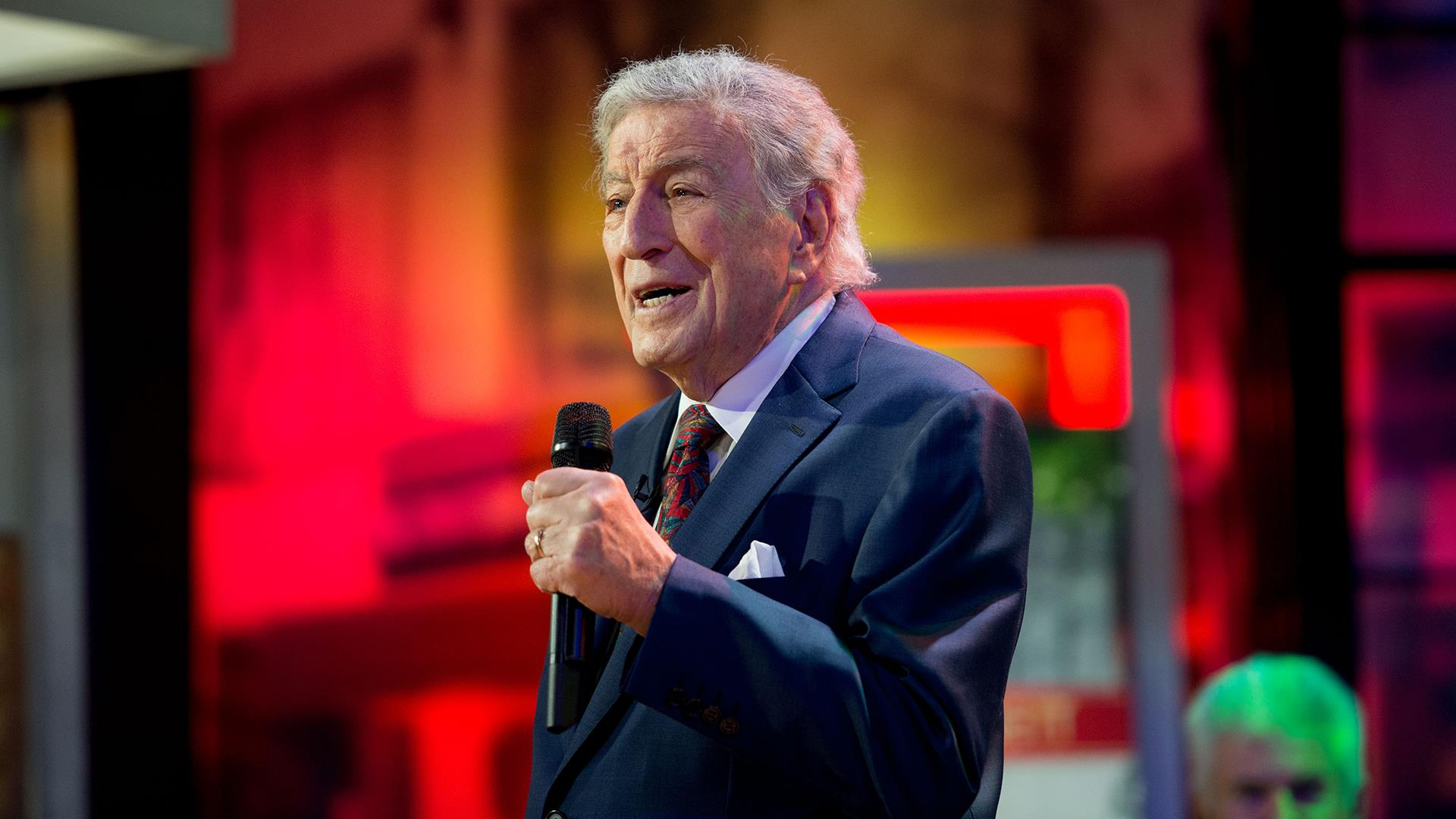 Watch Tony Bennett perform 'I'll Be Home for Christmas' live on ...