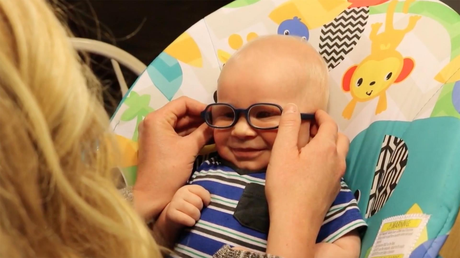 Watch the touching moment a baby sees his mom for the first time with special glasses