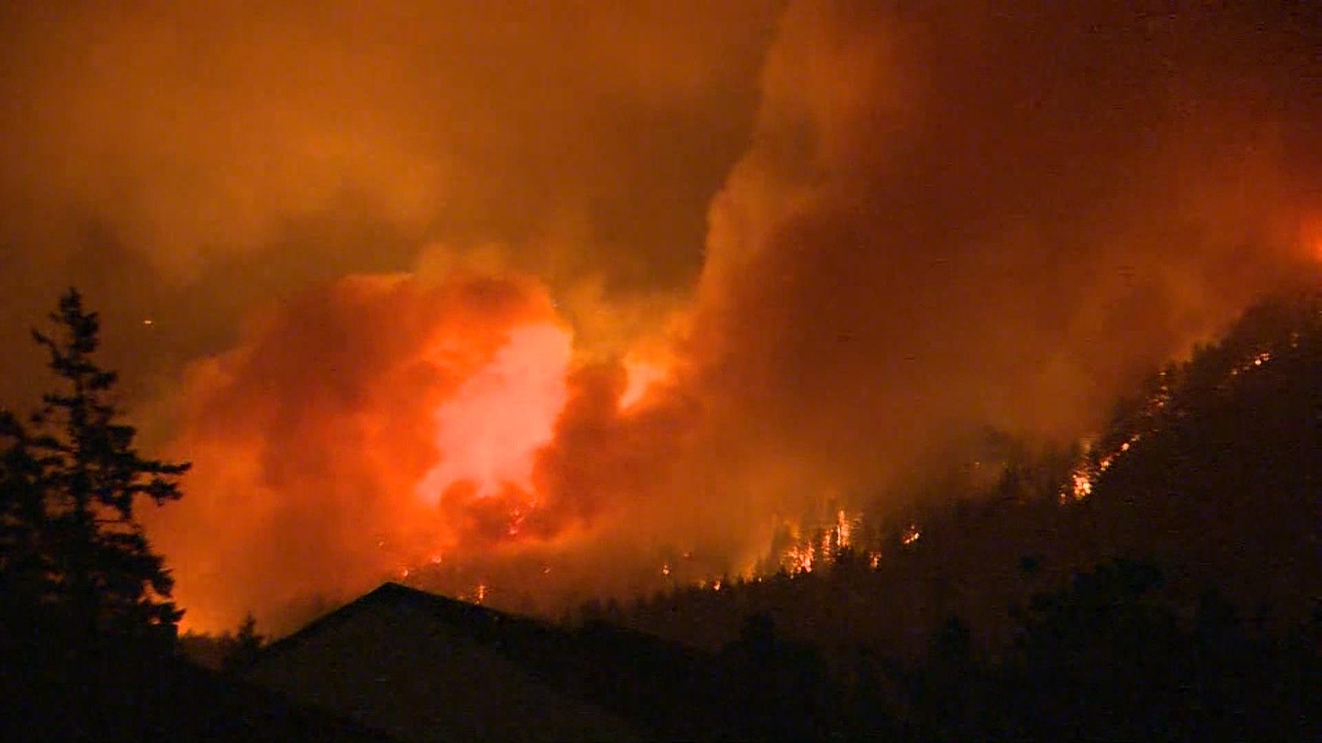 Eagle Creek wildfire in Oregon forces overnight evacuations