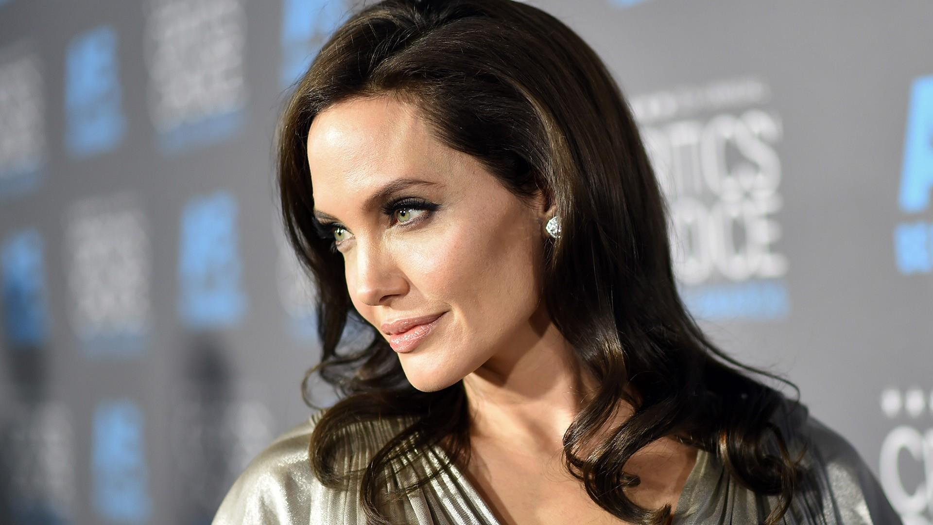 Angelina Jolie News: Angelina Jolie Reportedly Offered To Set 'honey Trap' For