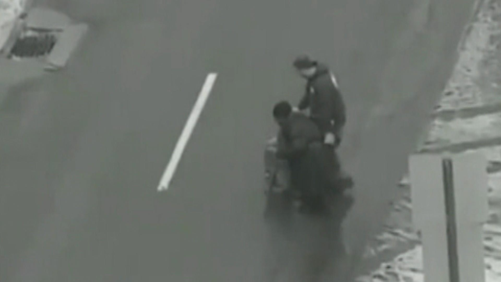 Driver helps elderly woman cross snowy street in sweet video