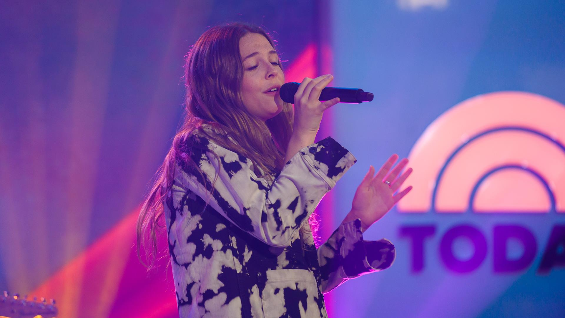 Watch Maggie Rogers sing 'Light On' live on TODAY