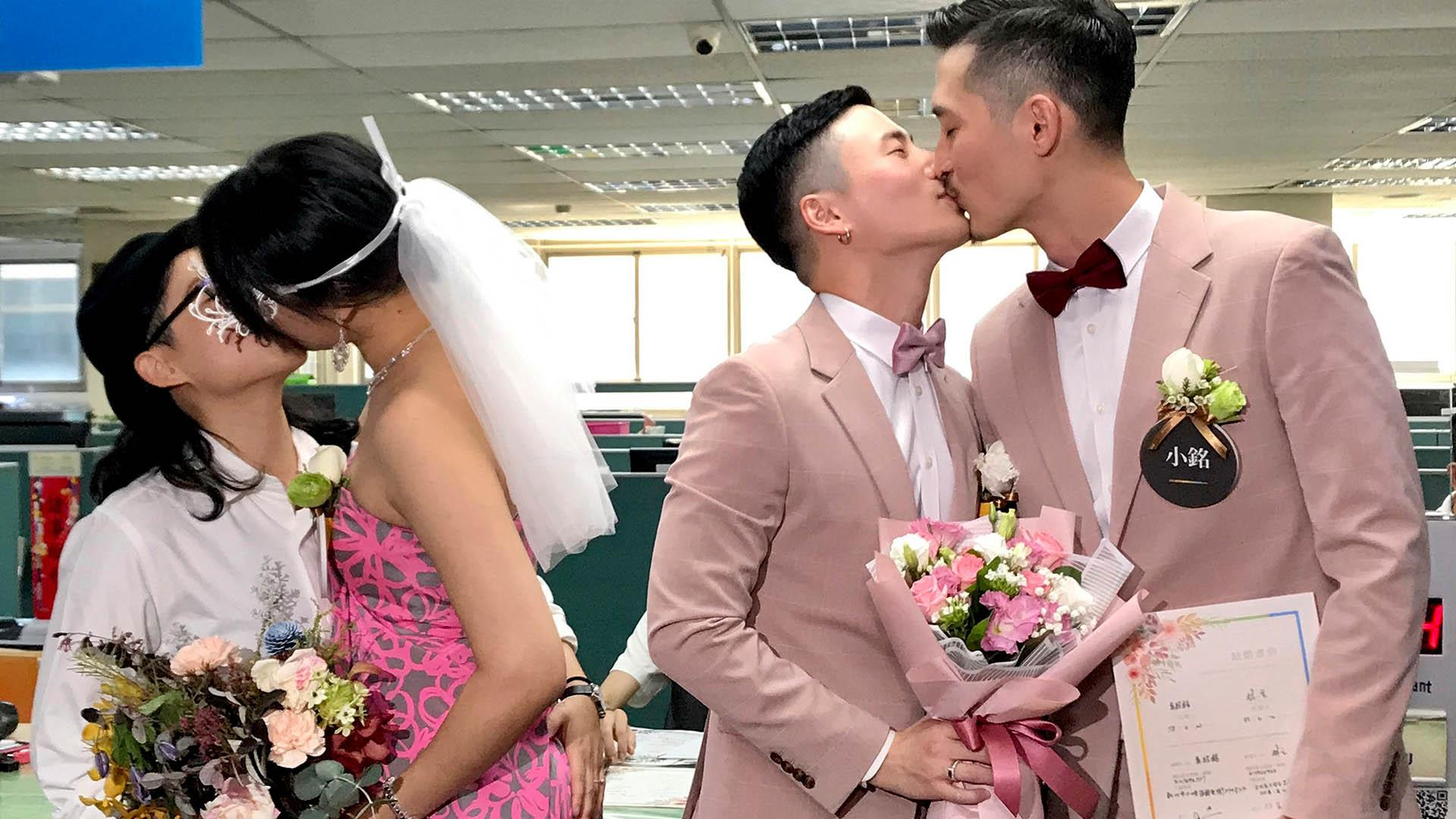 Same-sex couples marry in Taiwan