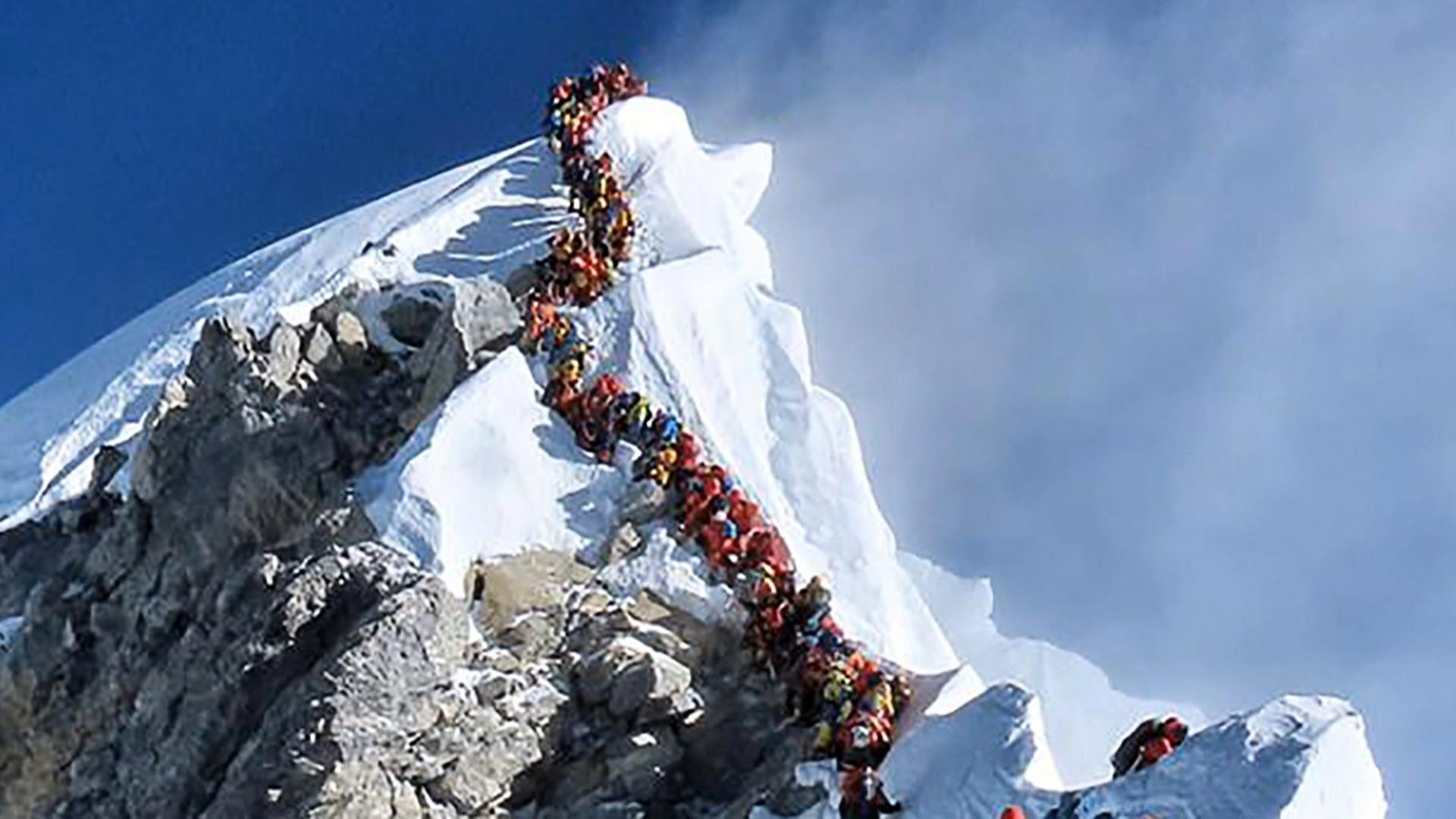 Safety concerns increase due to overcrowding at Mount Everest