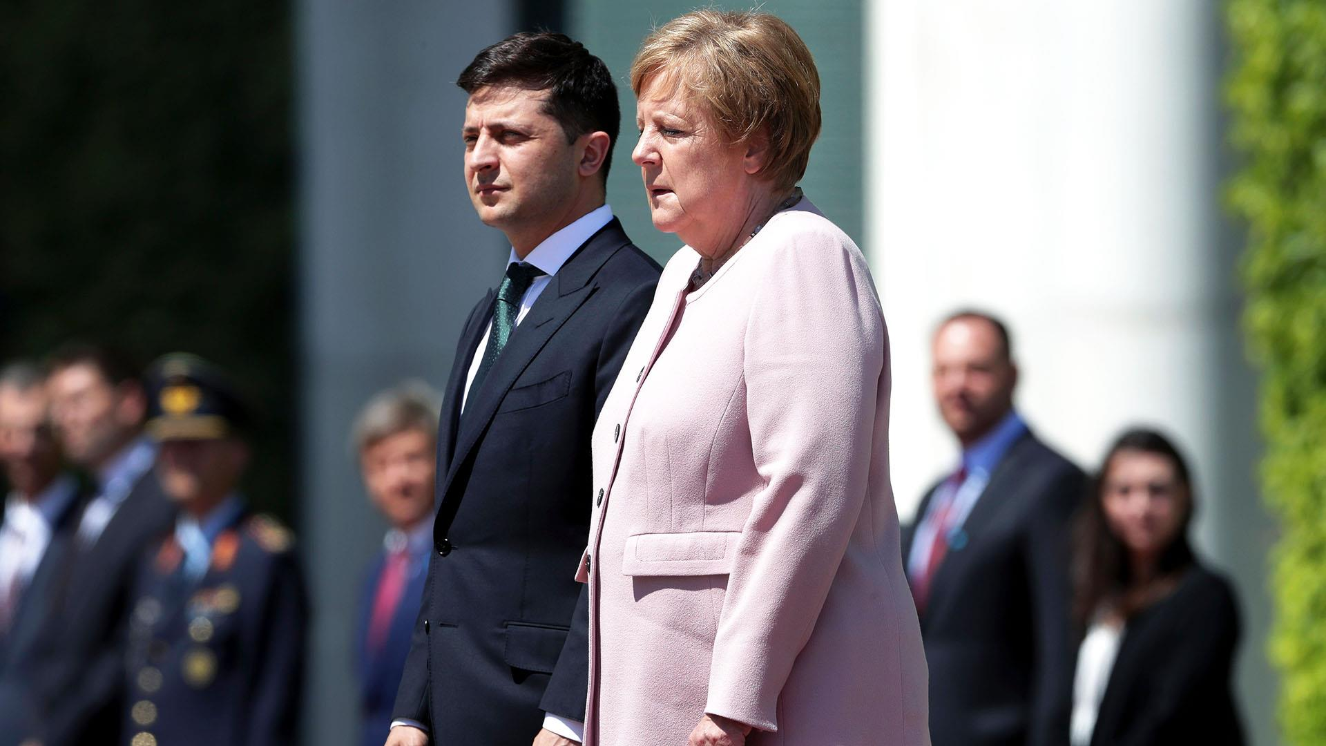 German Chancellor Angela Merkel shaking uncontrollably, looking unwell at Berlin ceremony