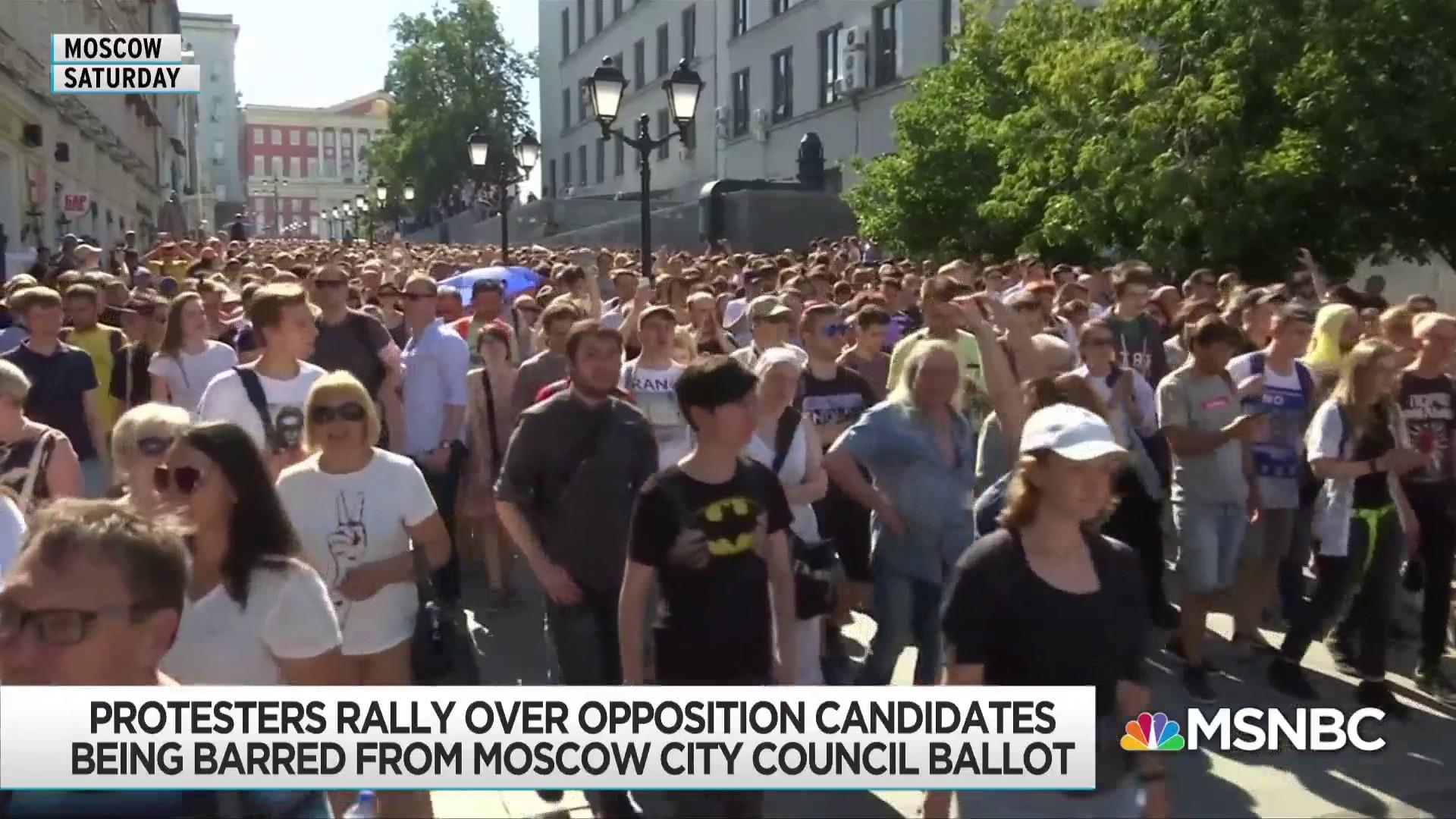 Mass arrests at Moscow protest point to cracks in Putin control