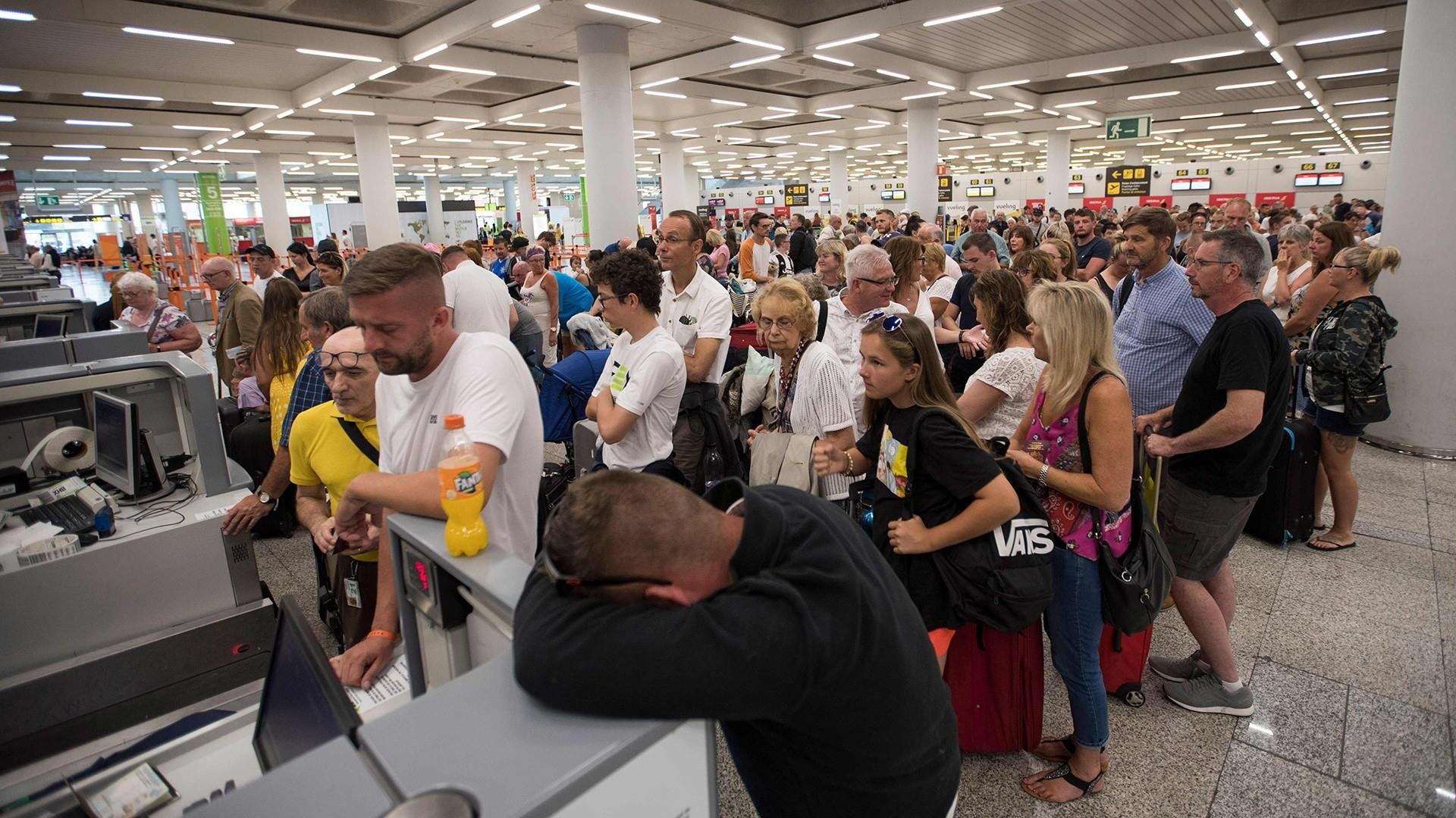 British travel firm Thomas Cook collapses, strands 150,000 vacationers