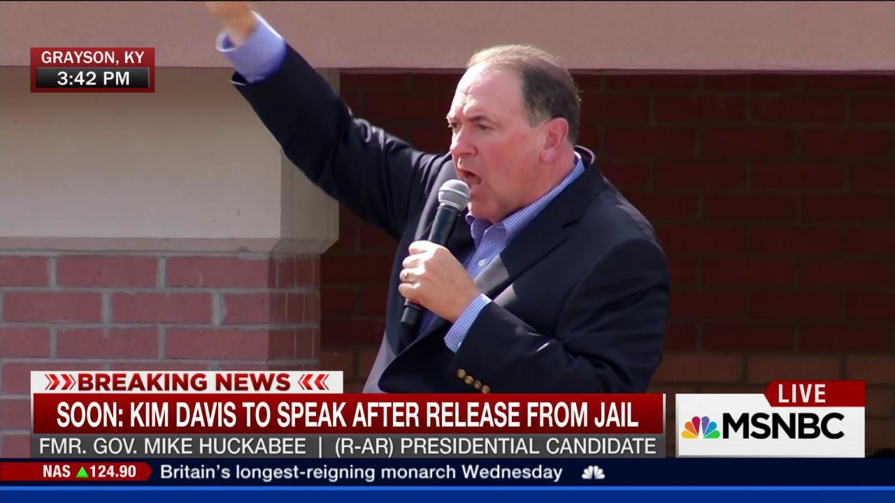 Huckabee volunteers to take Kim Davis'...