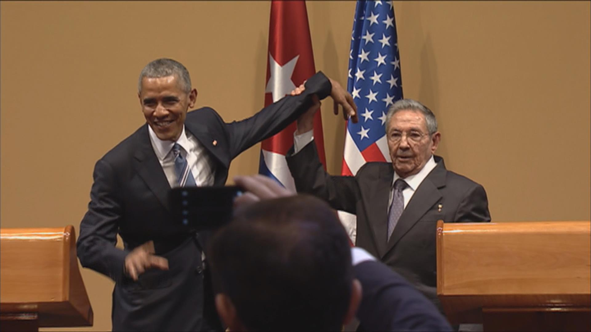 Awkward Gesture Ends Obama News Conference in Cuba
