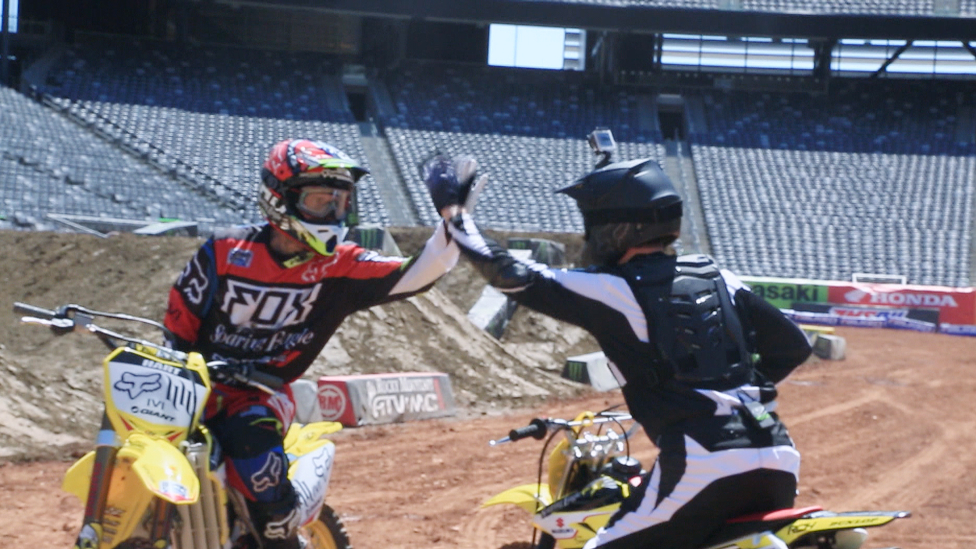 Willie gets a motocross lesson from Pink's husband
