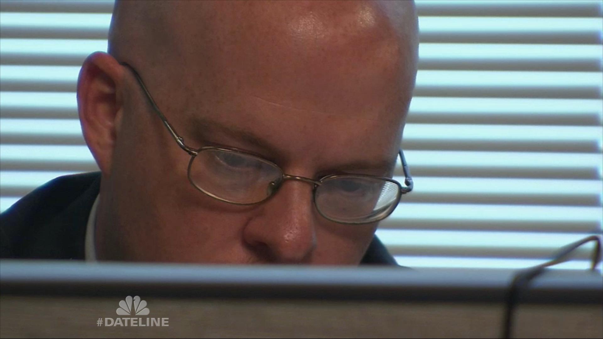 L homme supérieur parle avec le smartphone blanc dans le bureau