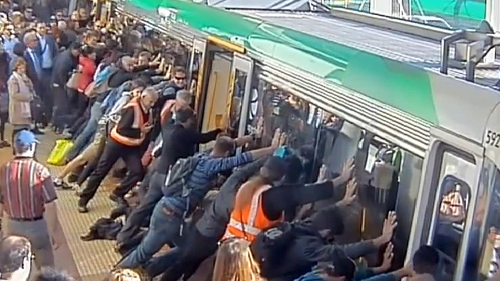 Тлпой в поезде 7 фотография