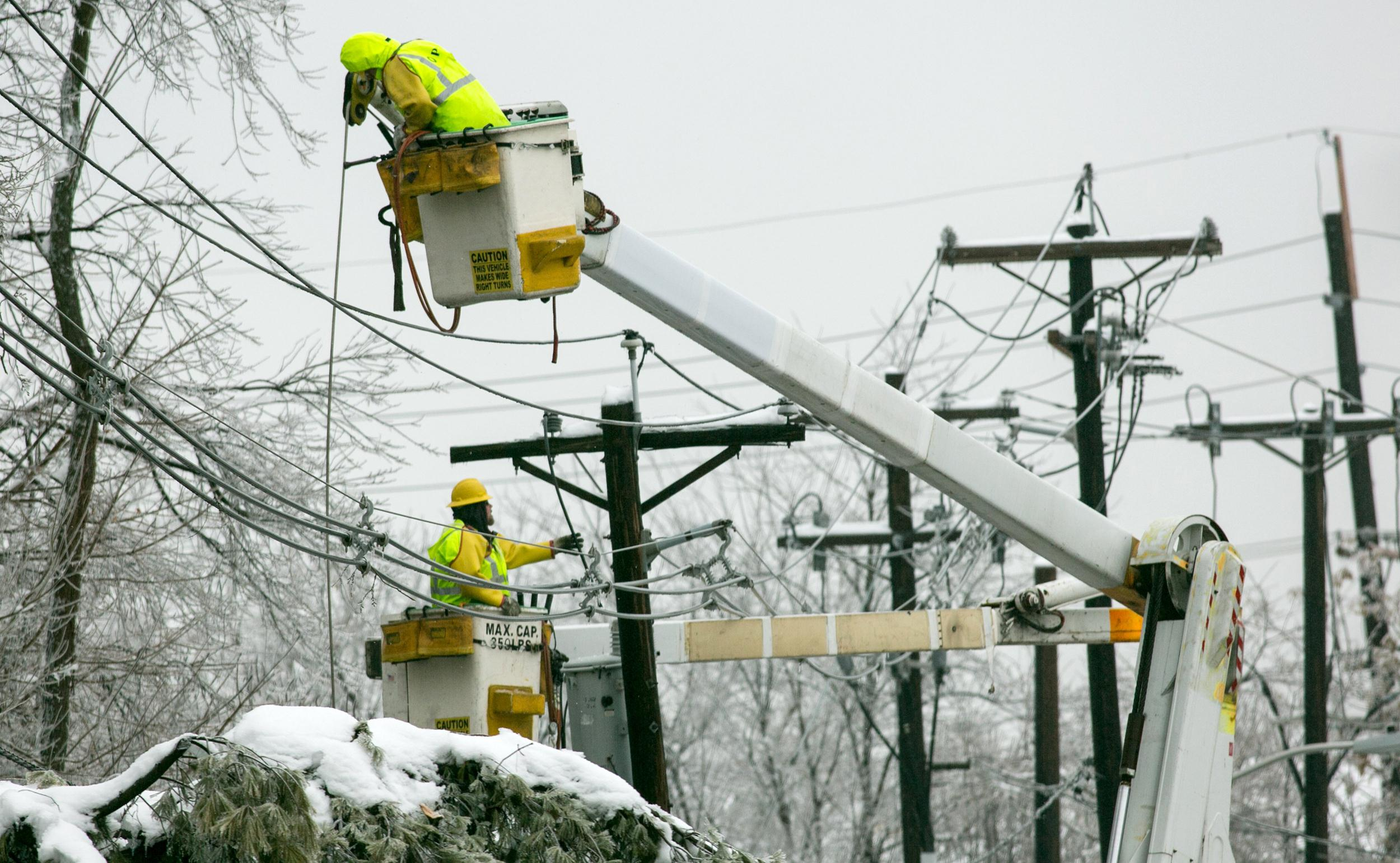 Image: PSE&G linemen work in East B