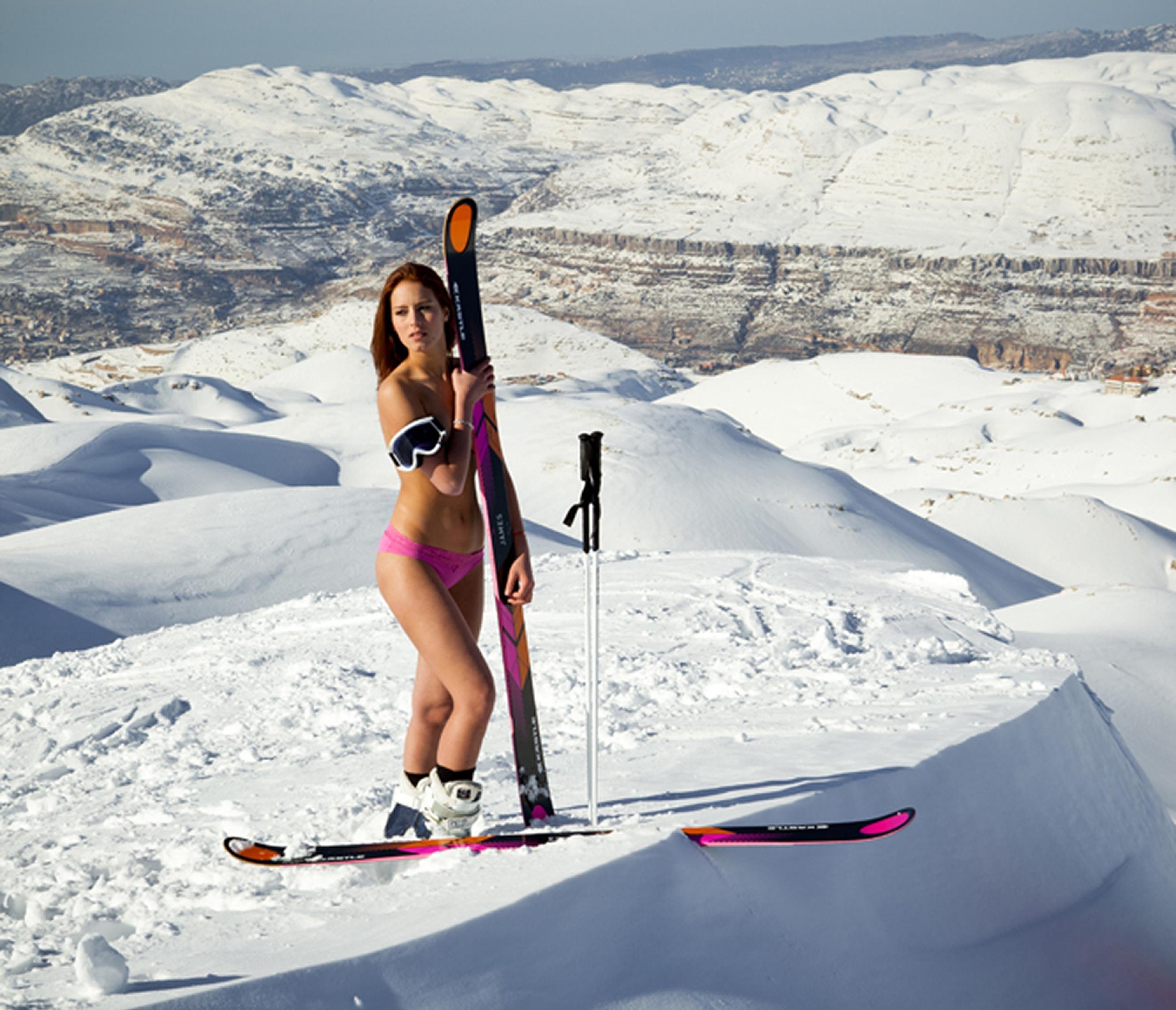 Topless photo of skier apologise, but