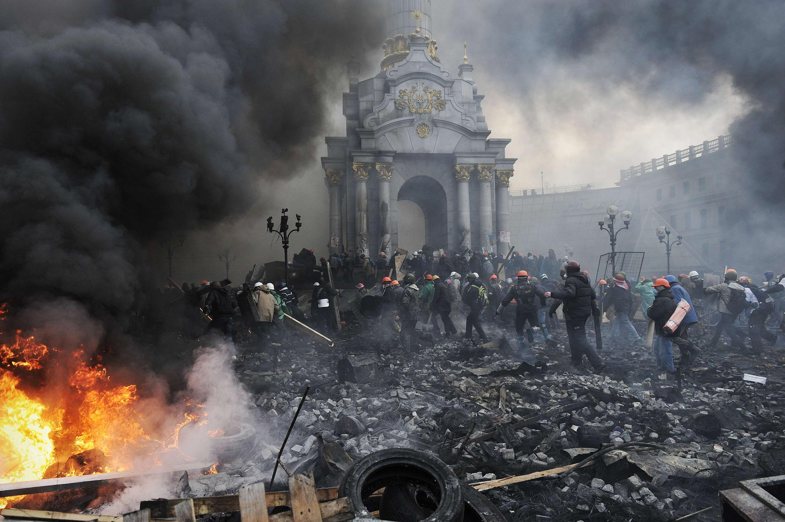 Image: Protesters advance towards new positions in Kiev