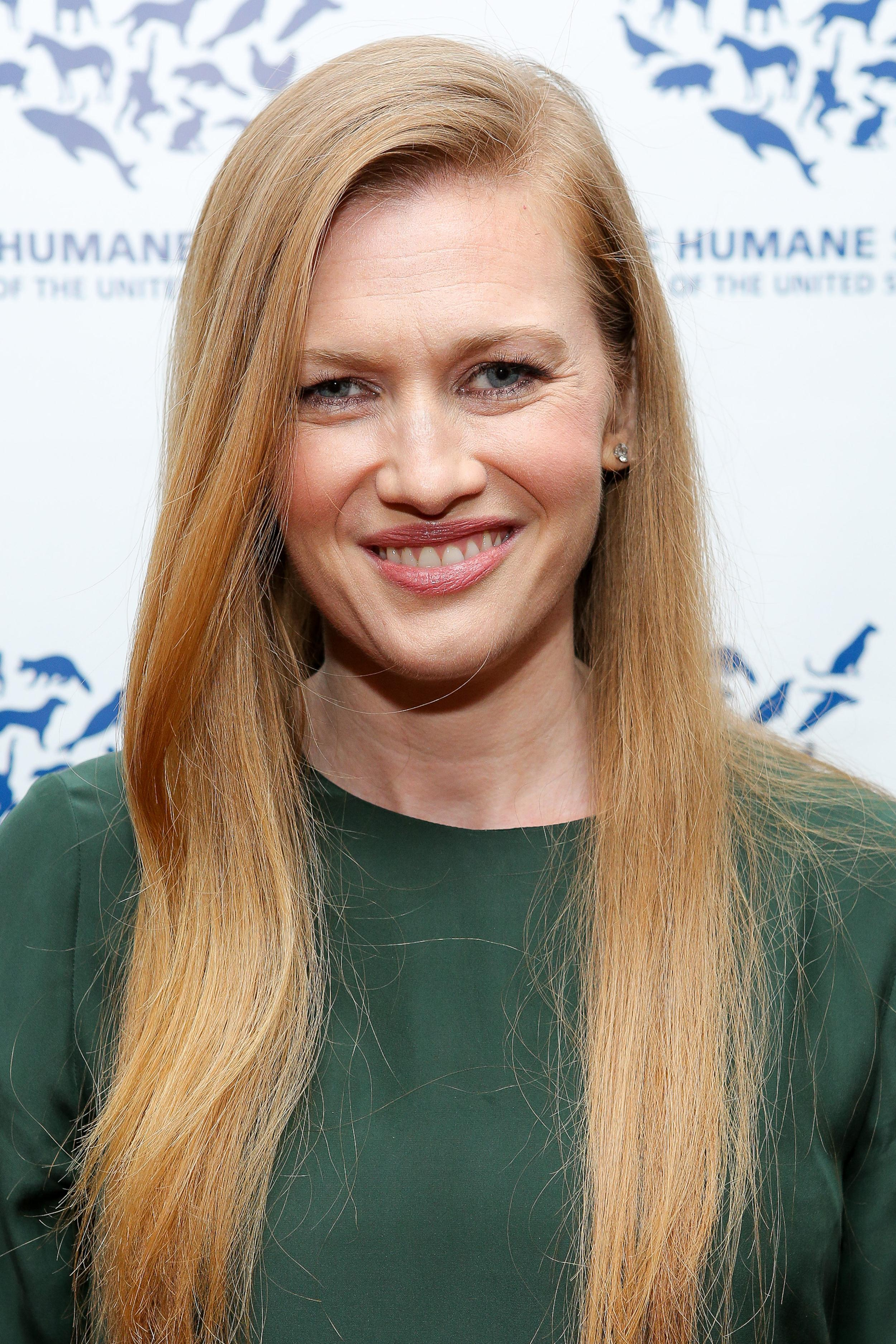 The 42-year old daughter of father (?) and mother(?), 157 cm tall Mireille Enos in 2017 photo