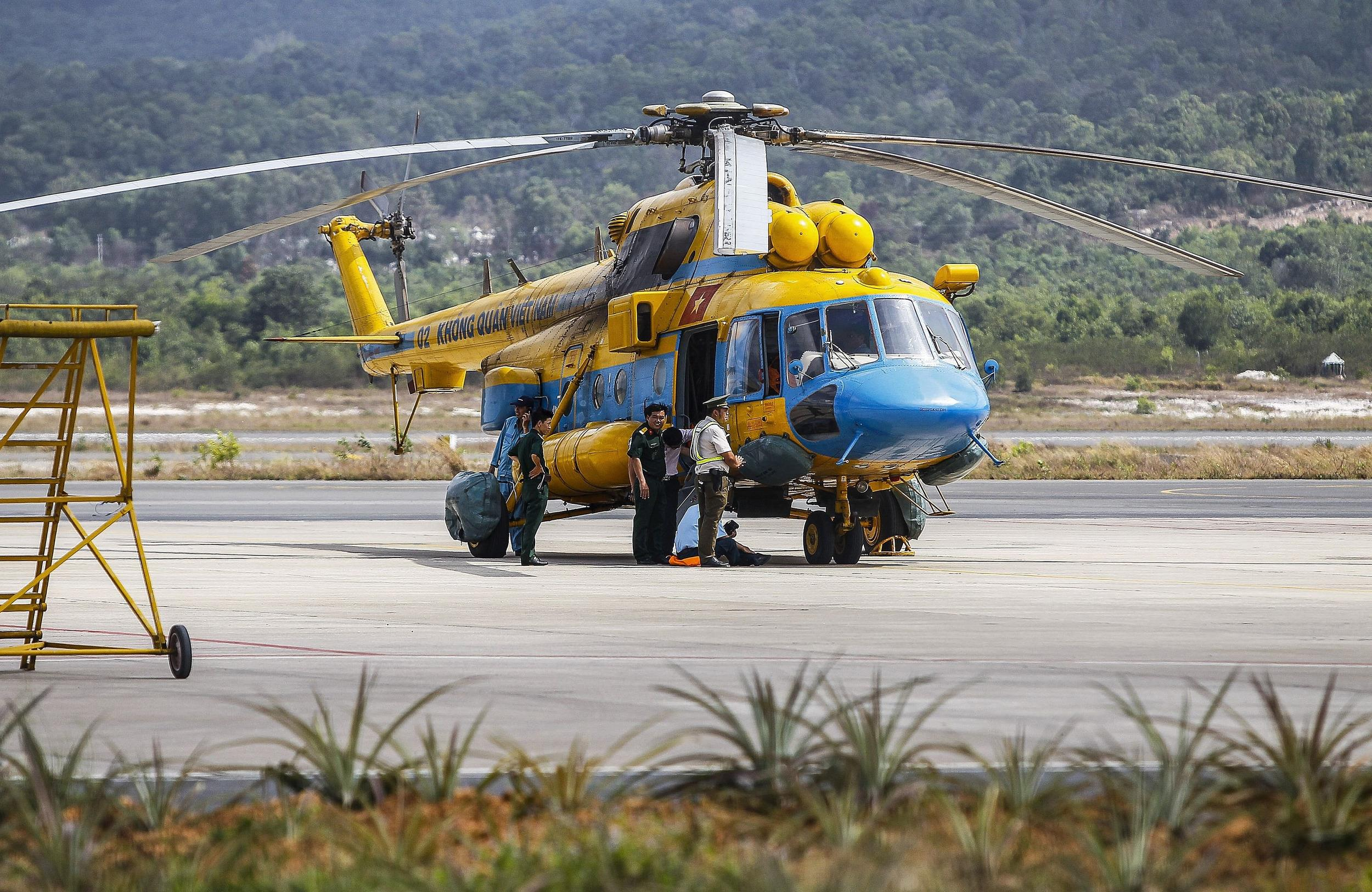 Image: Vietnamese helicopter prepped to search for missing jet