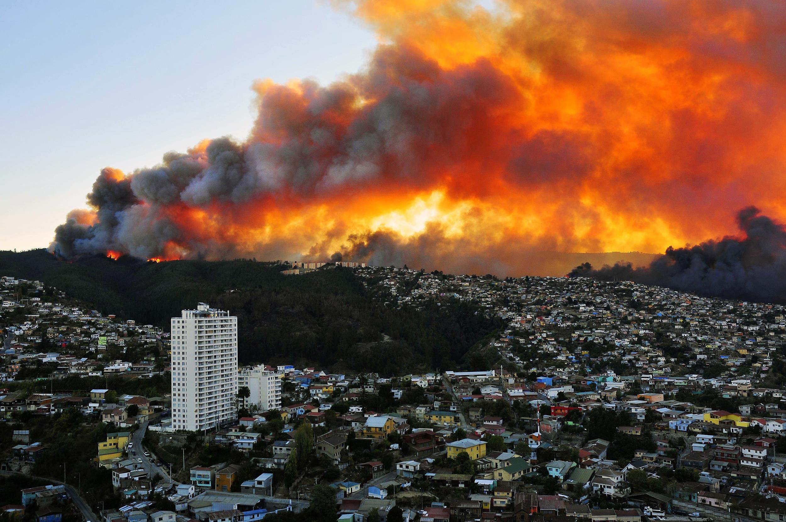 Image: Houses in flames during a fire near Santiago, Chile