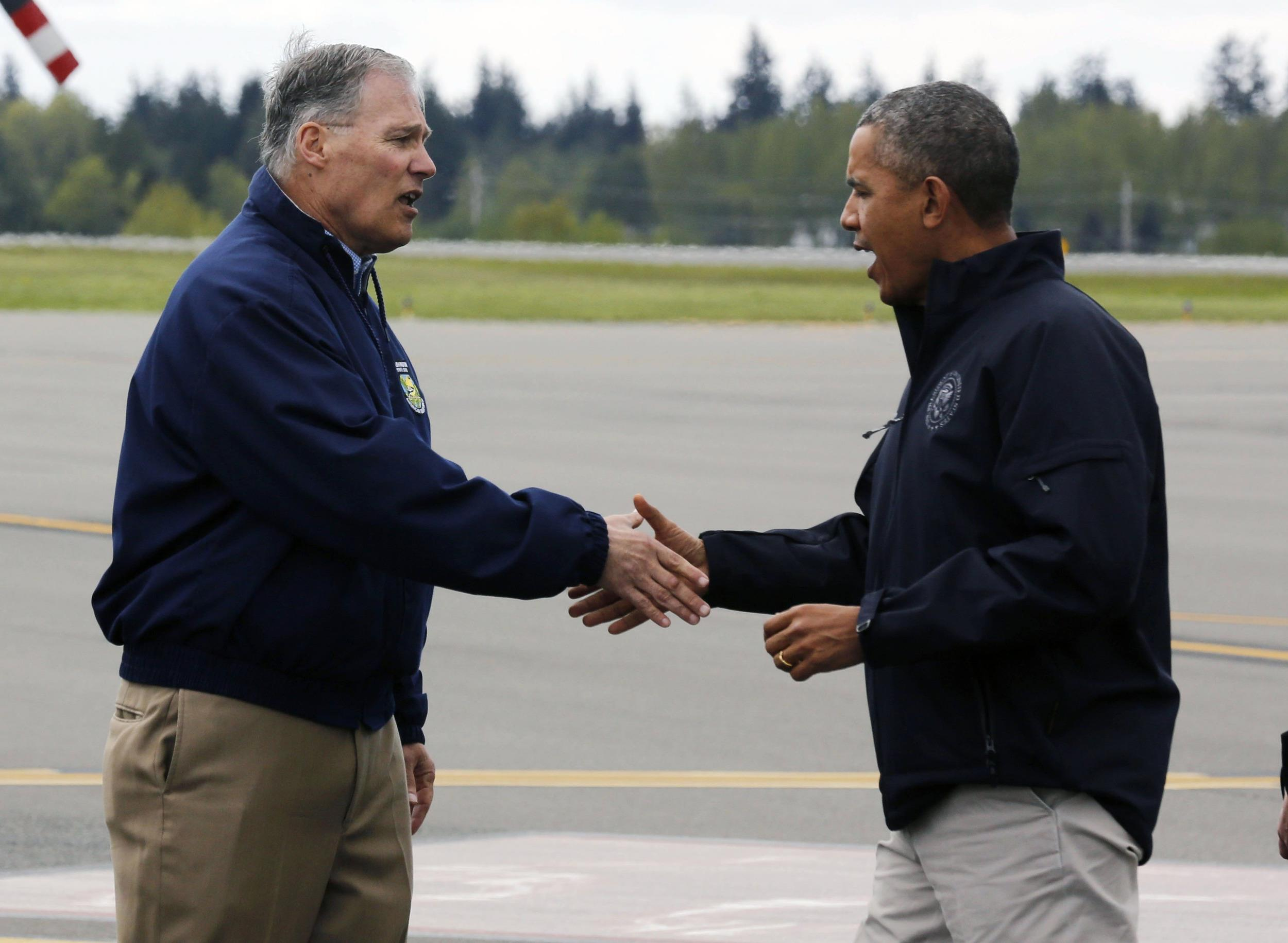 Image: U.S. President Obama shakes hands with Washington Gov. Inslee after he arrives at Paine Field Airport in Washington
