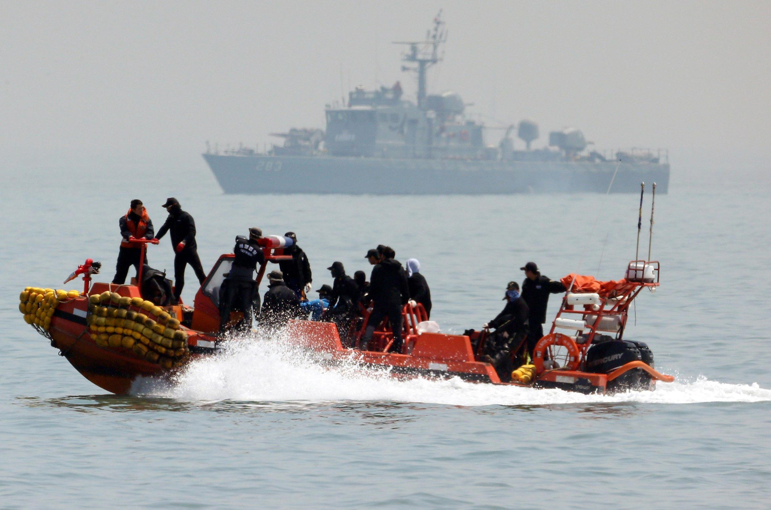 Image: South Korean rescue workers operate around the area where capsized passenger ship Sewol sank during an rescue operation in Jindo
