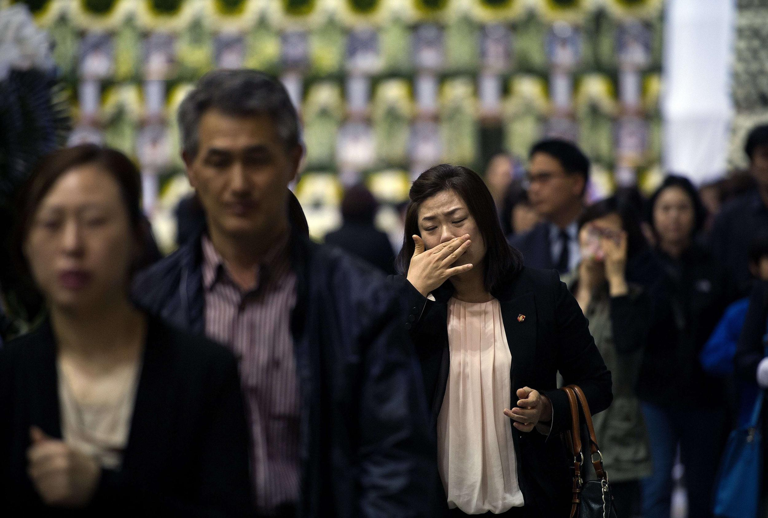 Image: Mourners attend a memorial for victims of the sunken South Korean ferry Sewol in Ansan