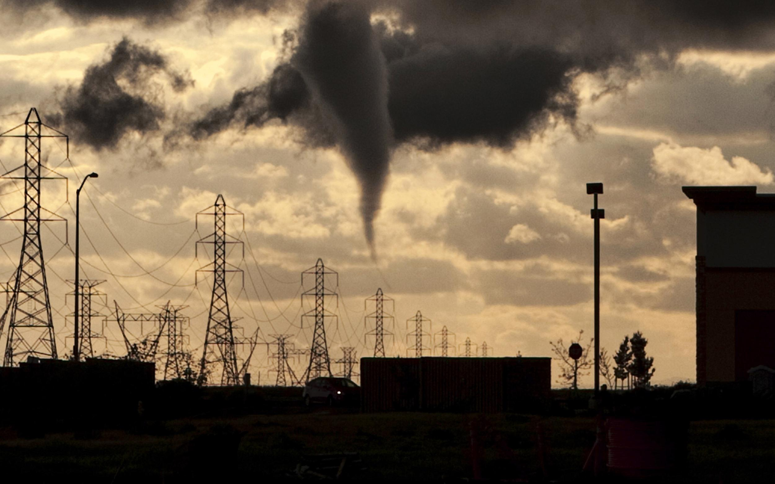 Image: A tornado funnel approaches a residential area on the west side of Roseville