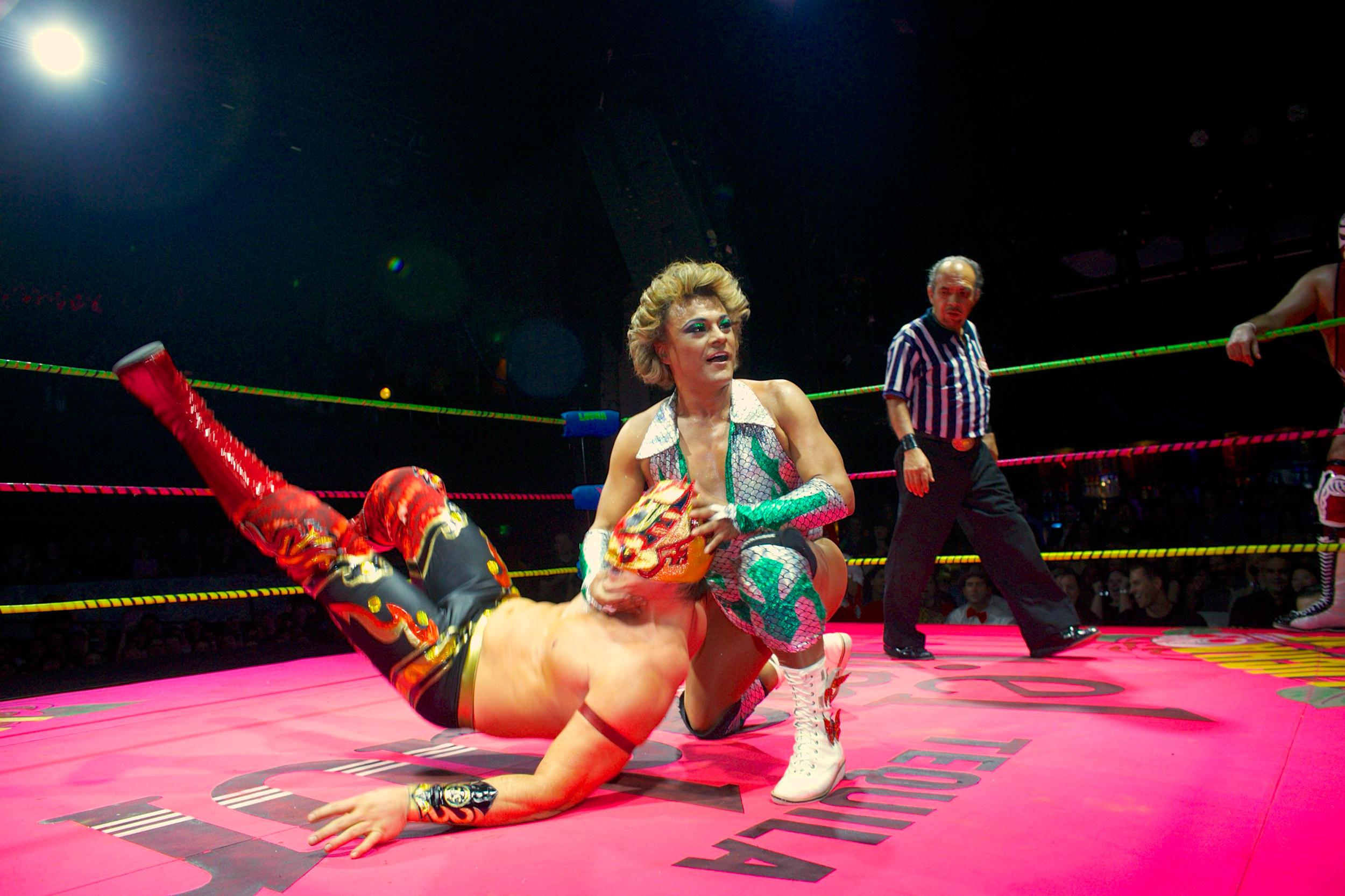 Image: Lucha libre transvestite wrestler Cassandro pulls the mask of wrestler Niebla Roja at the Lucha VaVoom Valentine's show