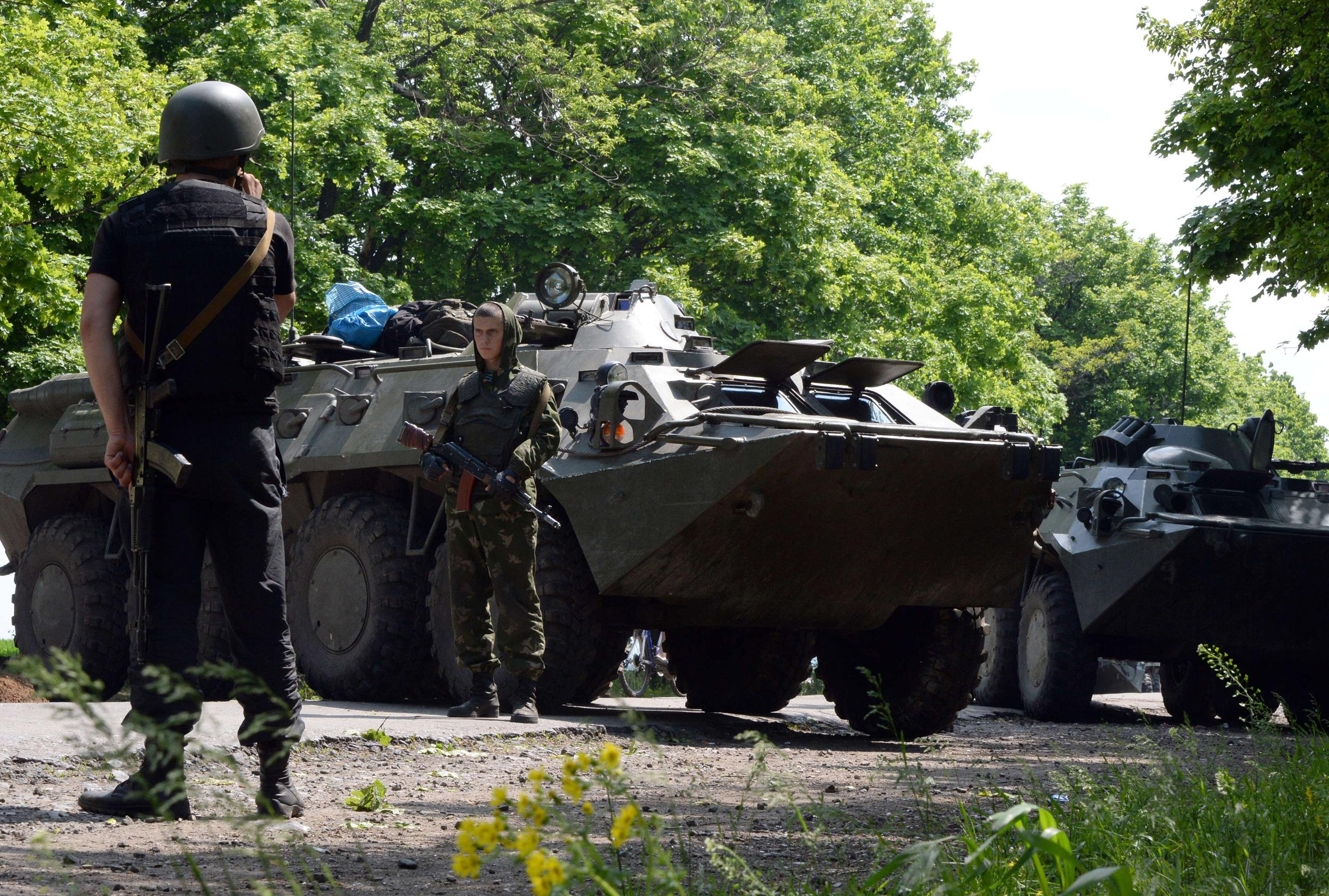 Image: Ukrainian soldiers and police take position at a checkpoint near the eastern Ukranian city of Slovyansk
