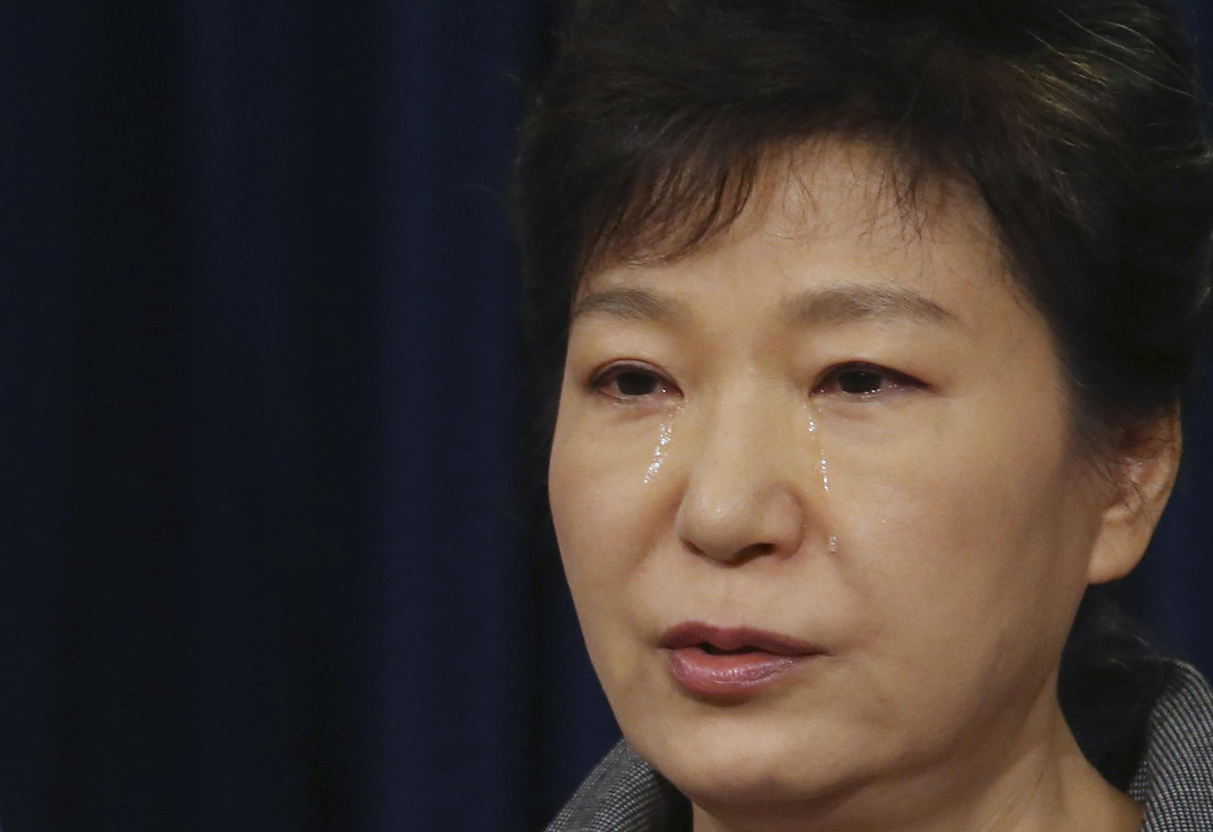 Image: South Korea's President Park cries as she delivers a speech to the nation at the Presidential Blue House in Seoul