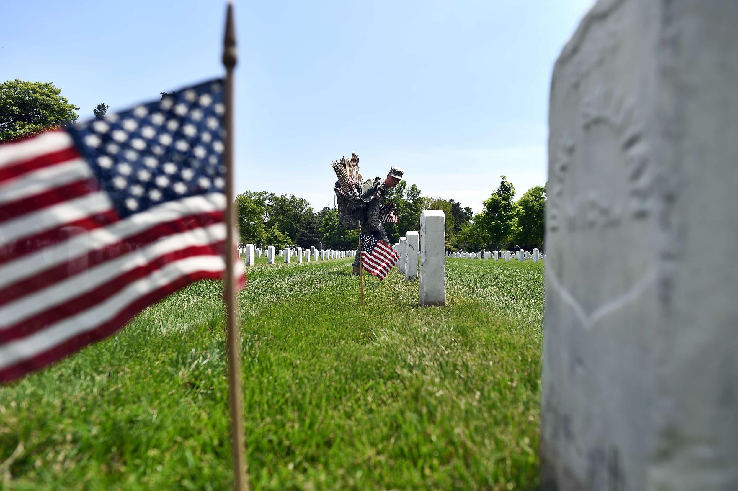 Image: US-MEMORIAL-DAY-CEMETERY-FLAGS