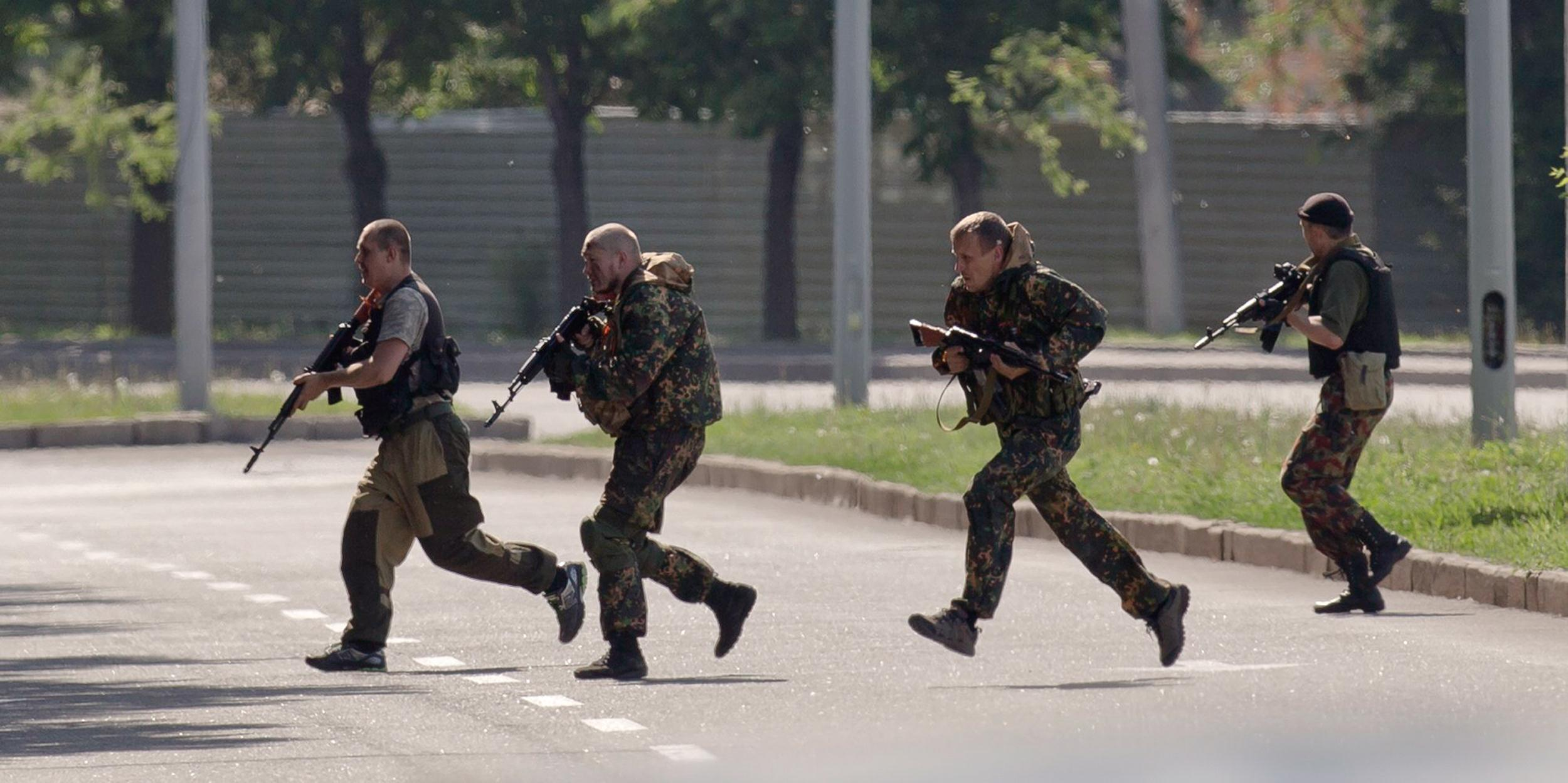 Image: Pro-Russian gunmen take positions near the airport, outside Donetsk, Ukraine