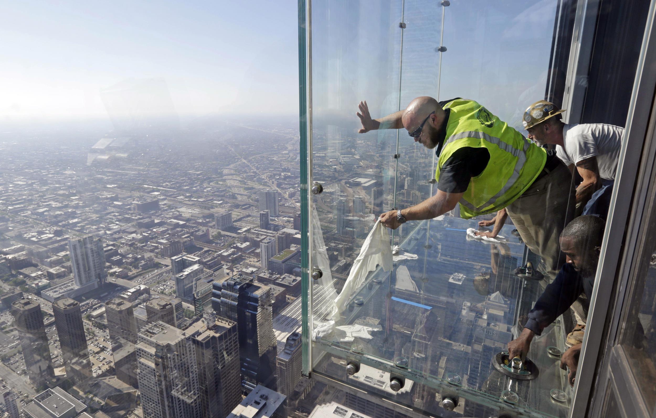 Пол треснул под ногами туристов на высоте 412 метров.