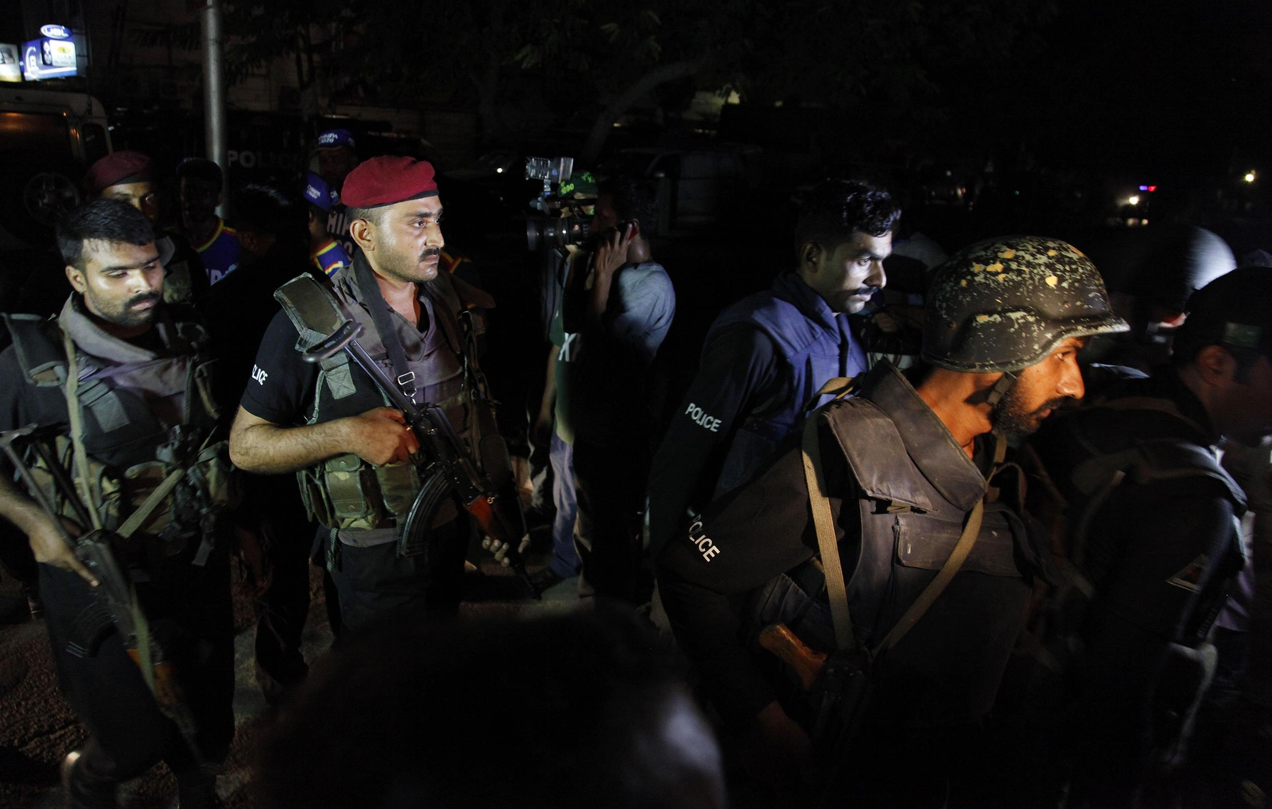 Image: Pakistani commandos get ready to enter Karachi airport terminal following attacks by unknown gunmen on Sunday night