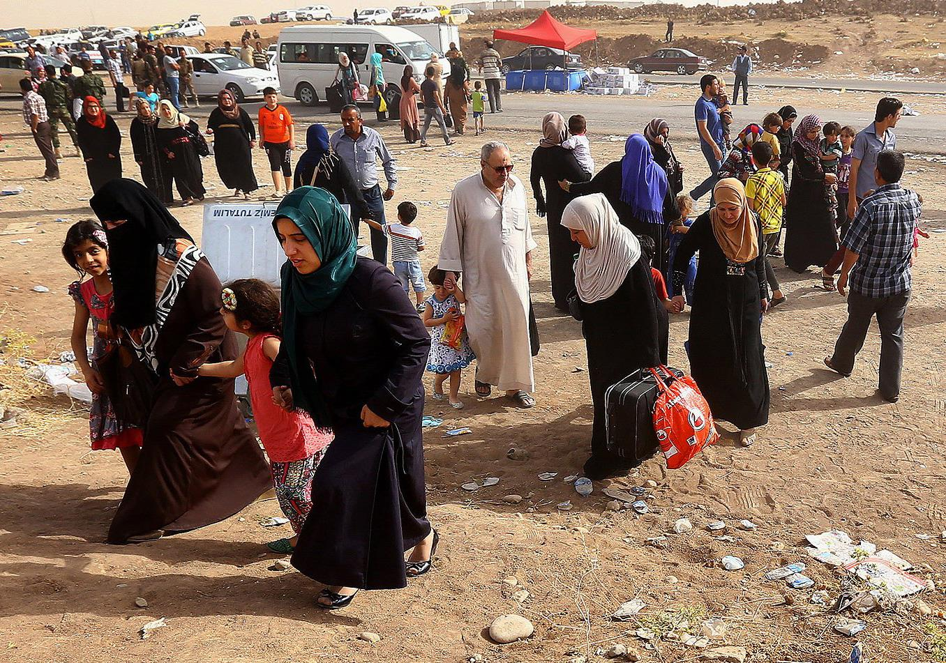Image: Refugees fleeing from Mosul head to the self-ruled northern Kurdish region in Irbil