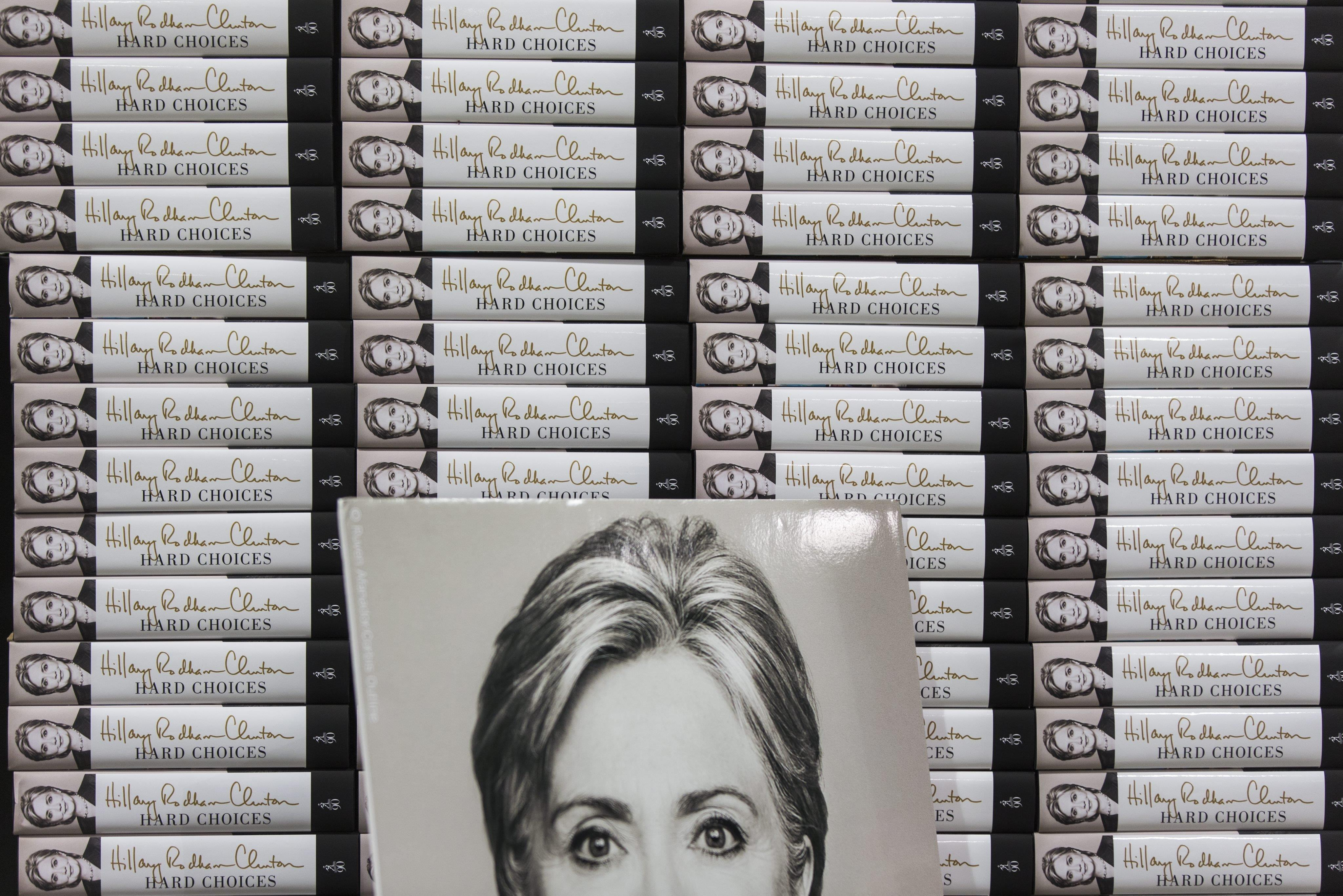 Image: Clinton Signs Copies of Hard Choices in Virginia