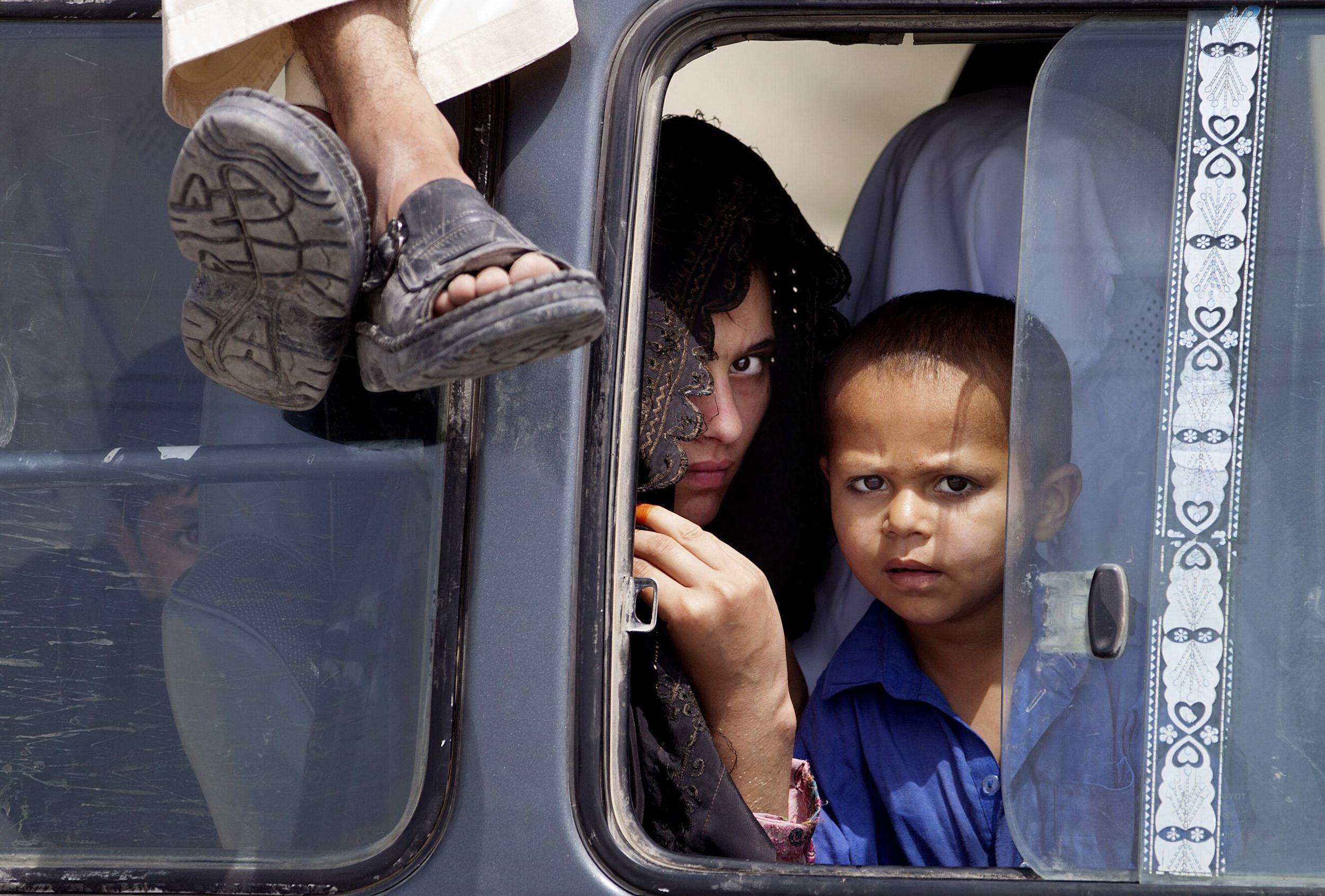 Image: Pakistani tribal people arrive in Bannu