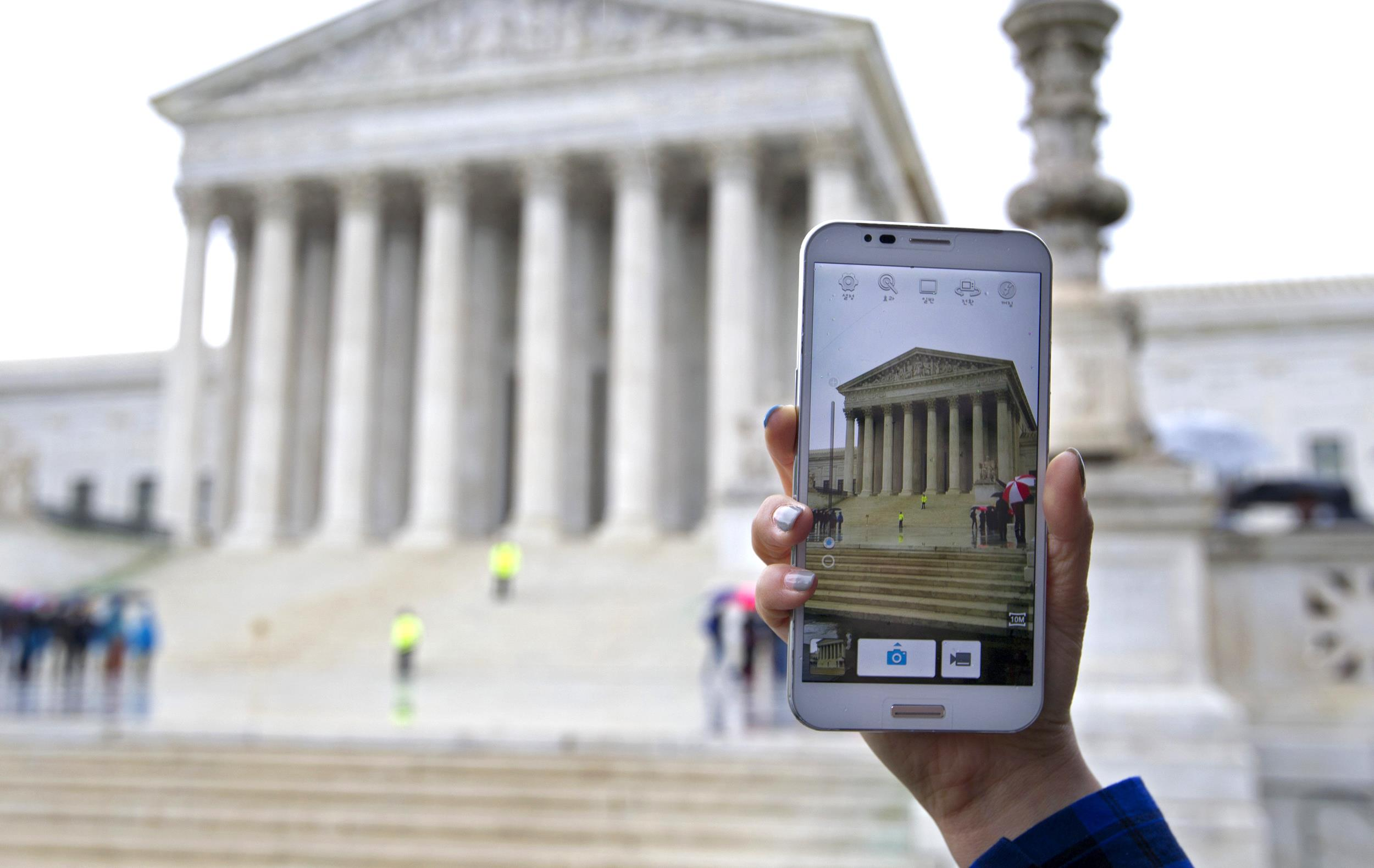 Image:A Supreme Court visitor takes pictures with her cell phone
