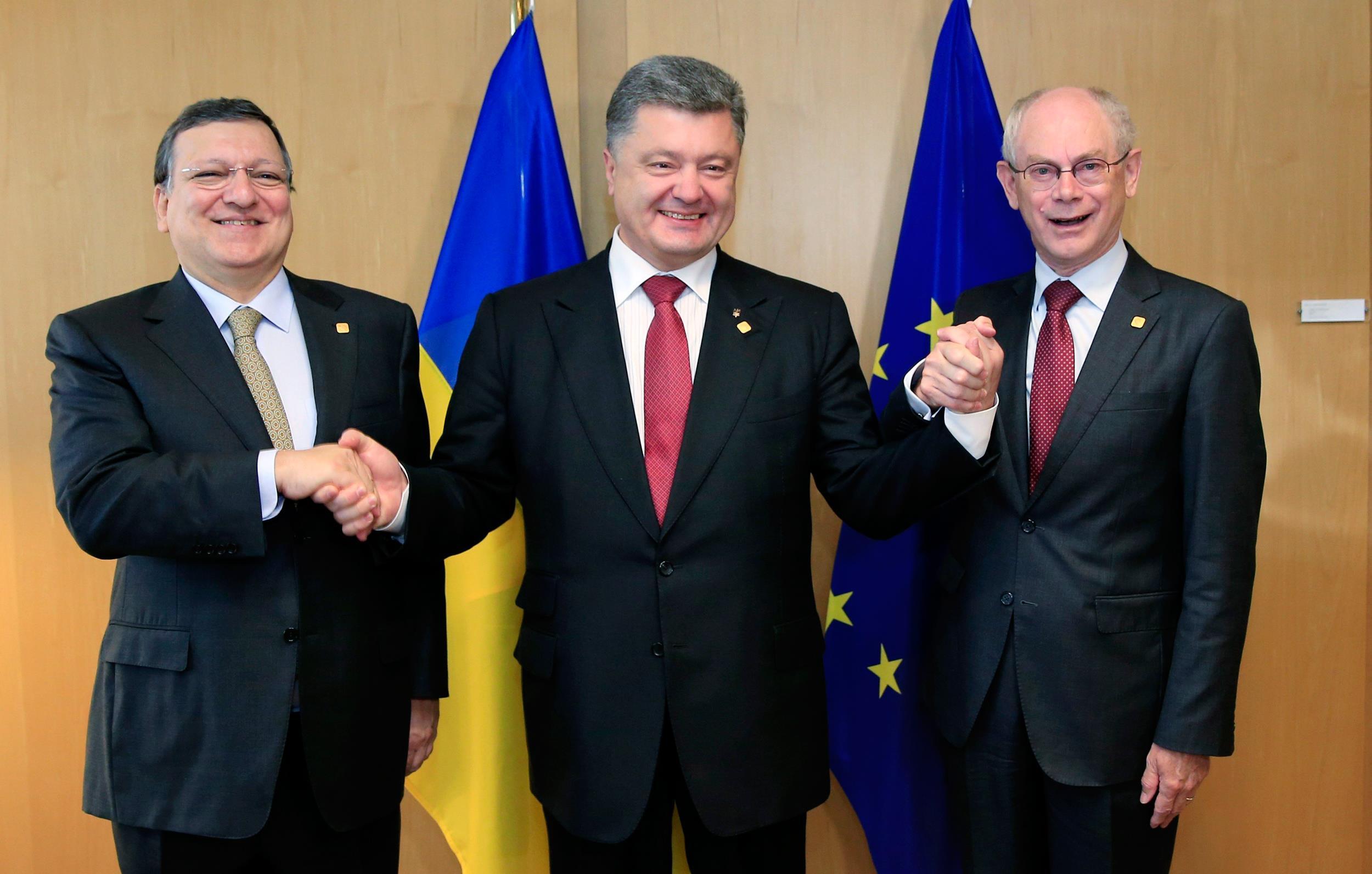 Image: Ukraine's President Poroshenko poses with European Commission President Barroso and European Council President Van Rompuy at EU Council in Brussels