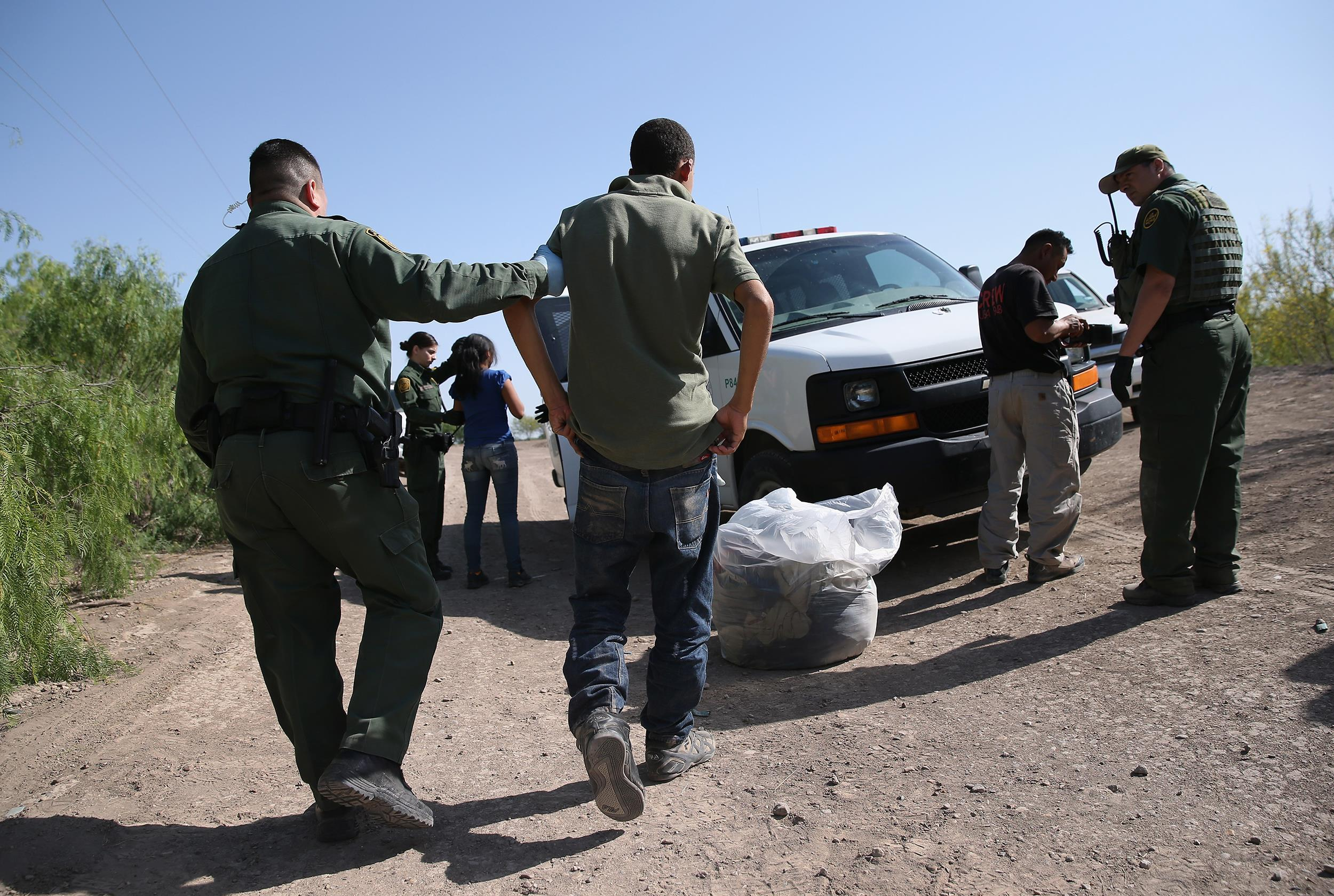 Image: U.S. Border Patrol agents detain undocumented immigrants