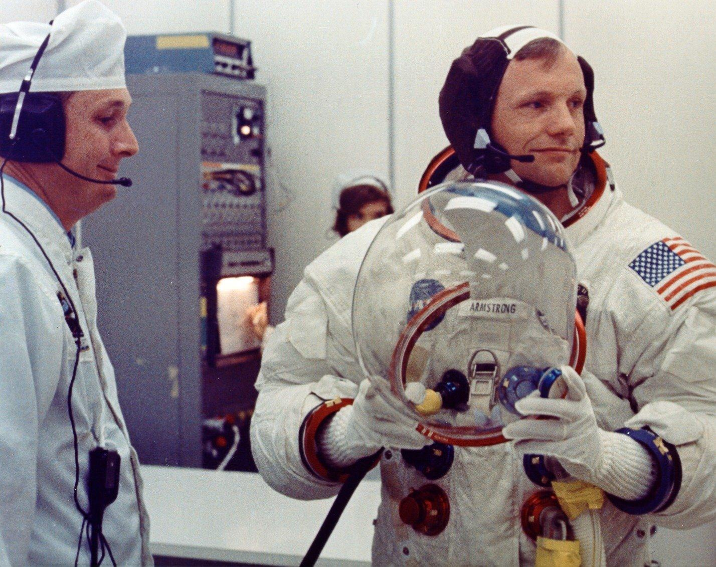 a biography of neil armstrong an astronaut Neil armstrong biography neil armstrong (1930 – 2012) was an american astronaut – who gained the distinction of being the first person to both land and walk on the moon.