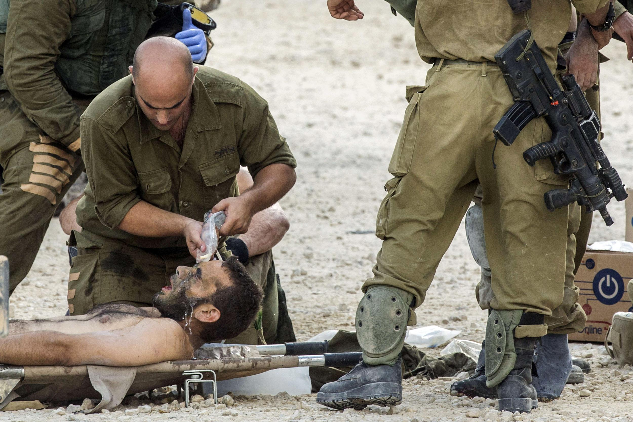 Image: Israeli soldiers treat wounded comrades