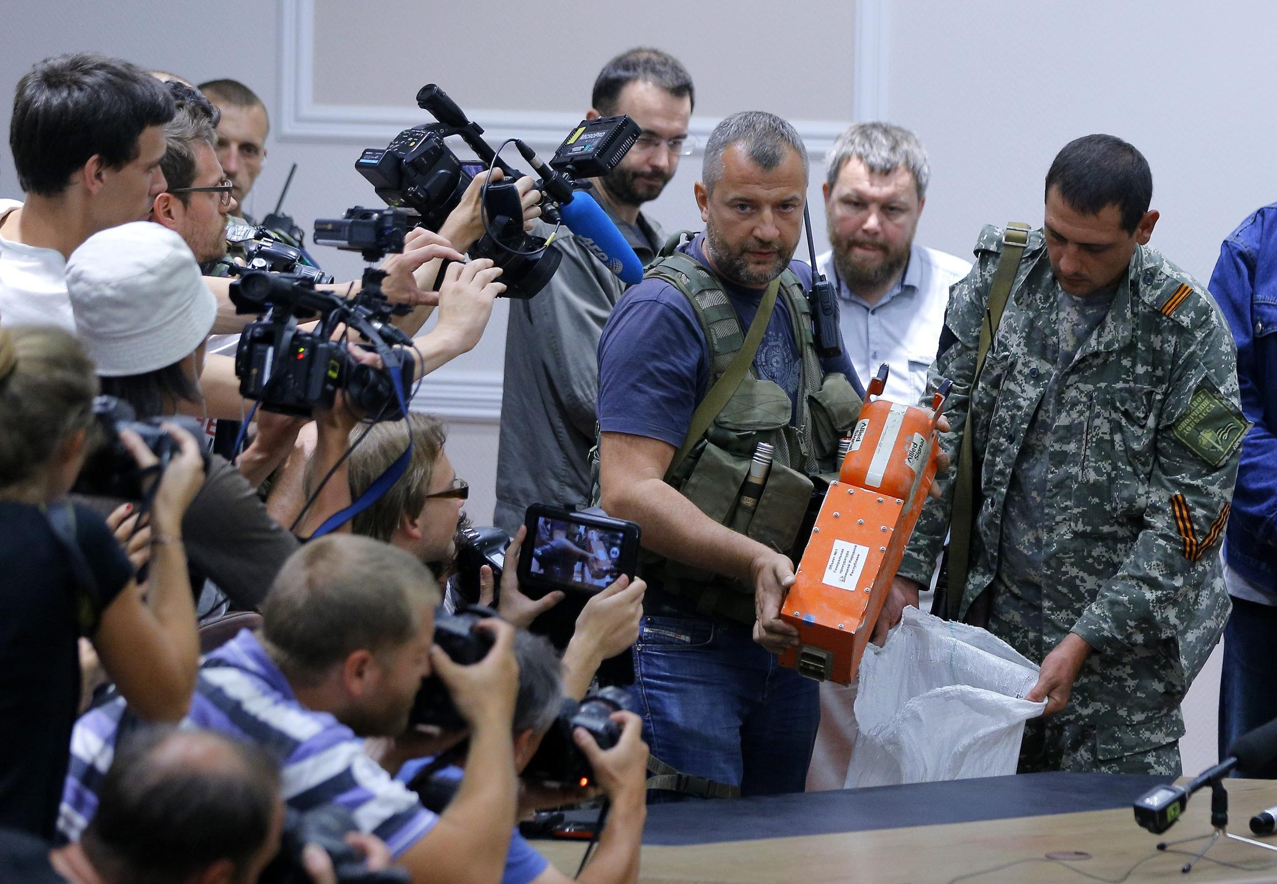 Image: MH17 black boxes handed over to Malaysia