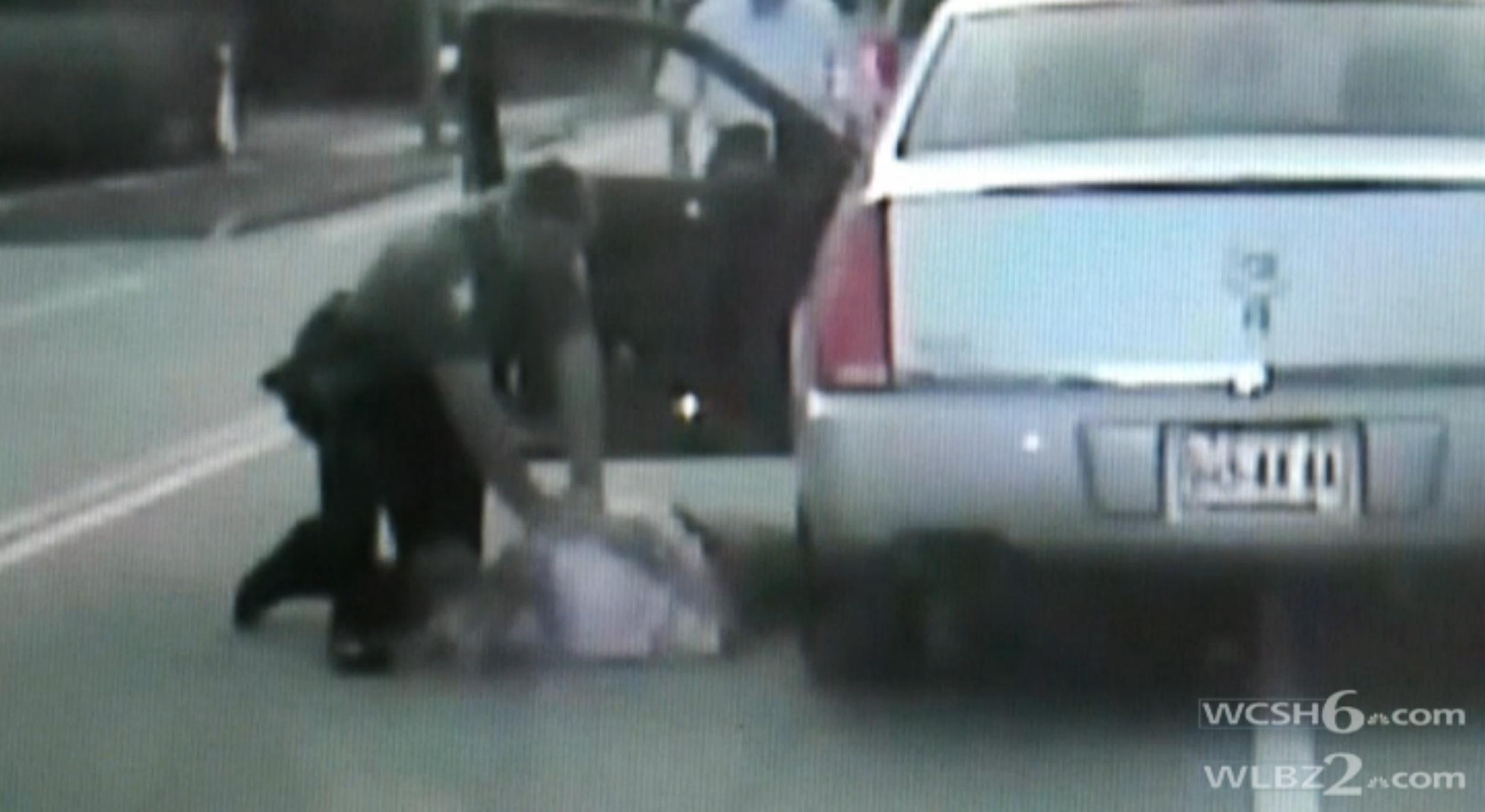Image: A police officer takes action when a man he pulls over during a traffic stop goes into cardiac arrest